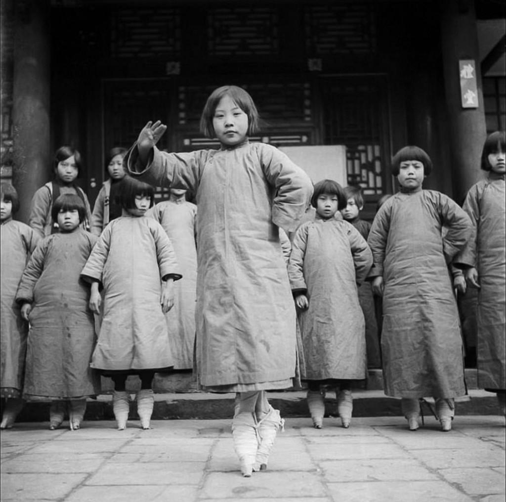 A las niñas de entre cuatro y nueve años les ataban los pies