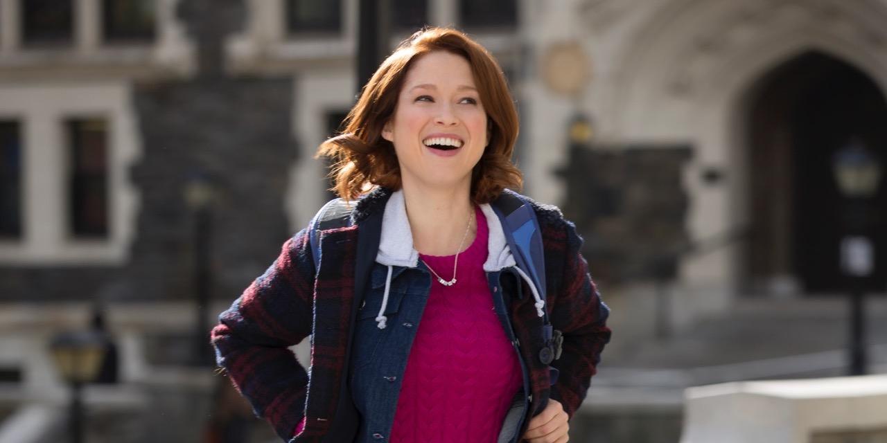 Kimmy (Ellie Kemper) se prepara para asistir a la universidad.