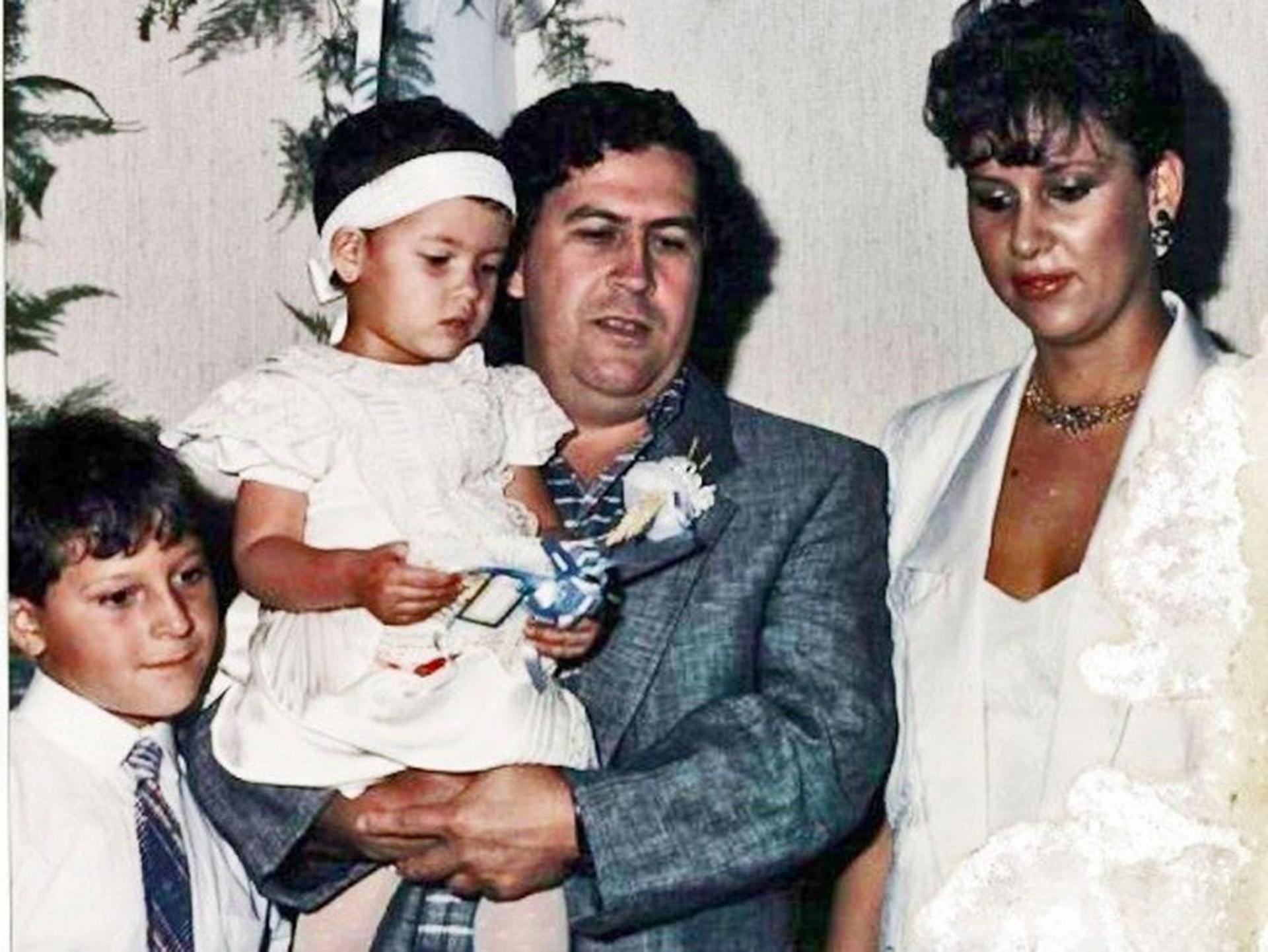 Pablo Escobar con sus hijos Juan Pablo y Manuela y su esposa Victoria Eugenia