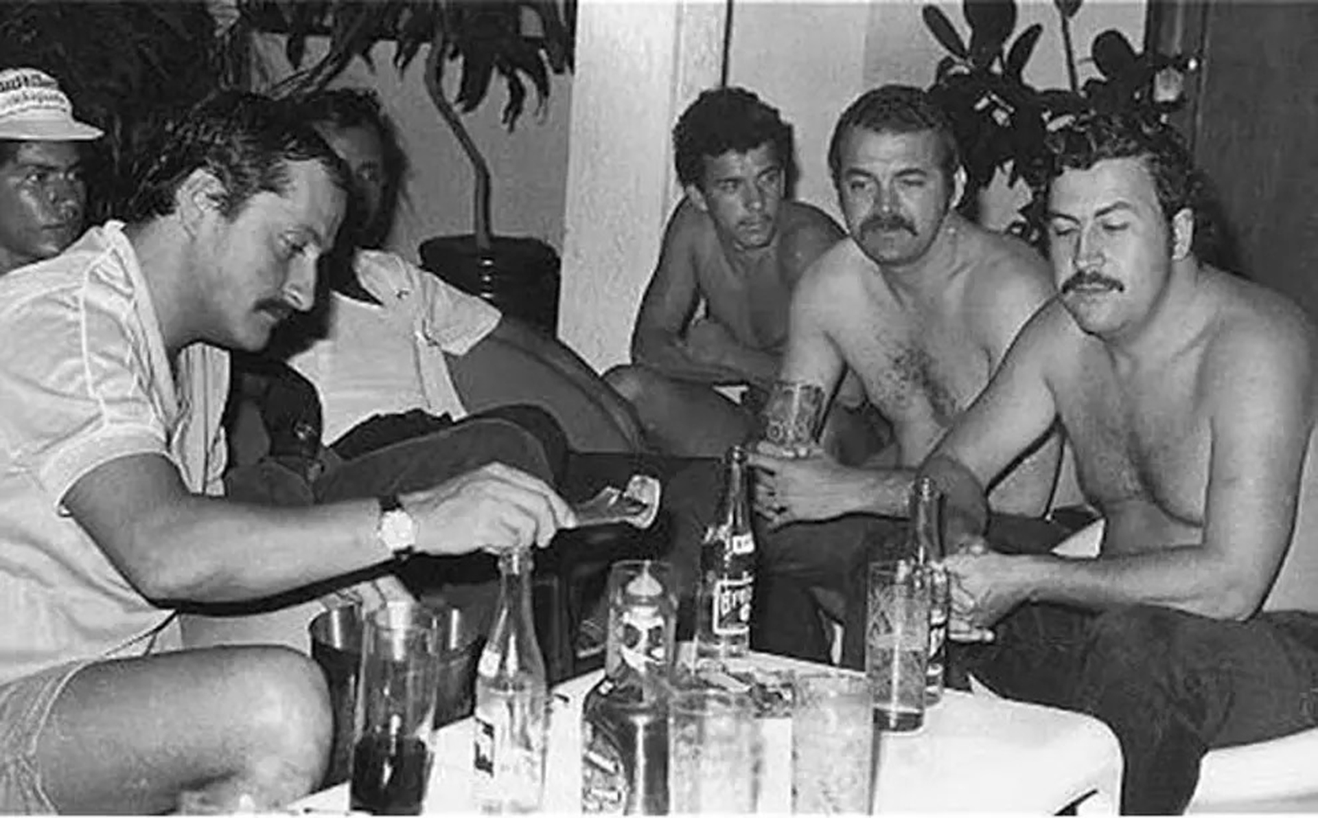 Pablo Escobar junto a algunos de sus sicarios del Cartel de Medellín en una fiesta.