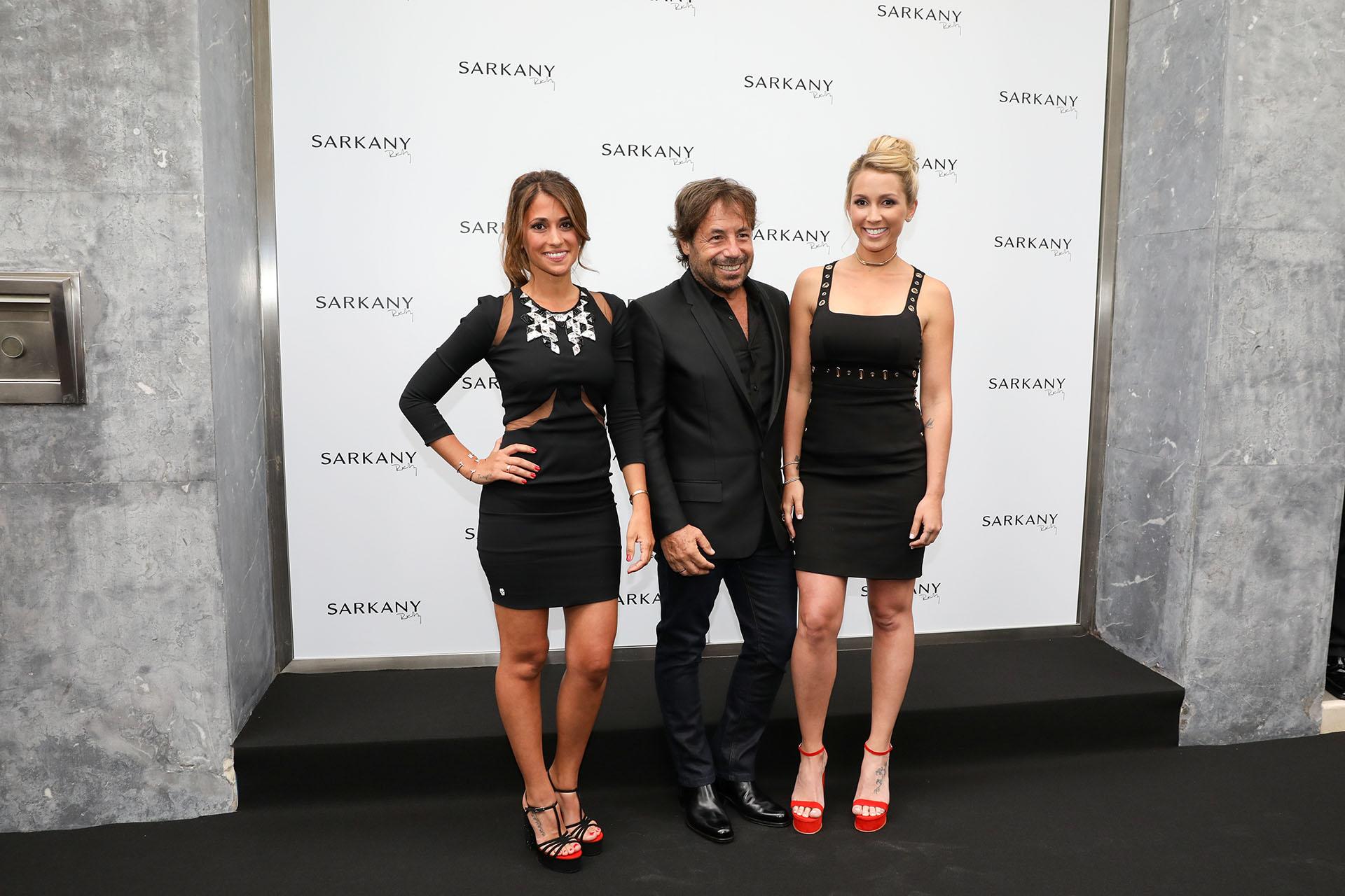 Ricky Sarkany junto a Antonella Roccuzzo y Sofía Balbi, quienes lucieron vestidos de Philipp Plein y sandalias Sarkany