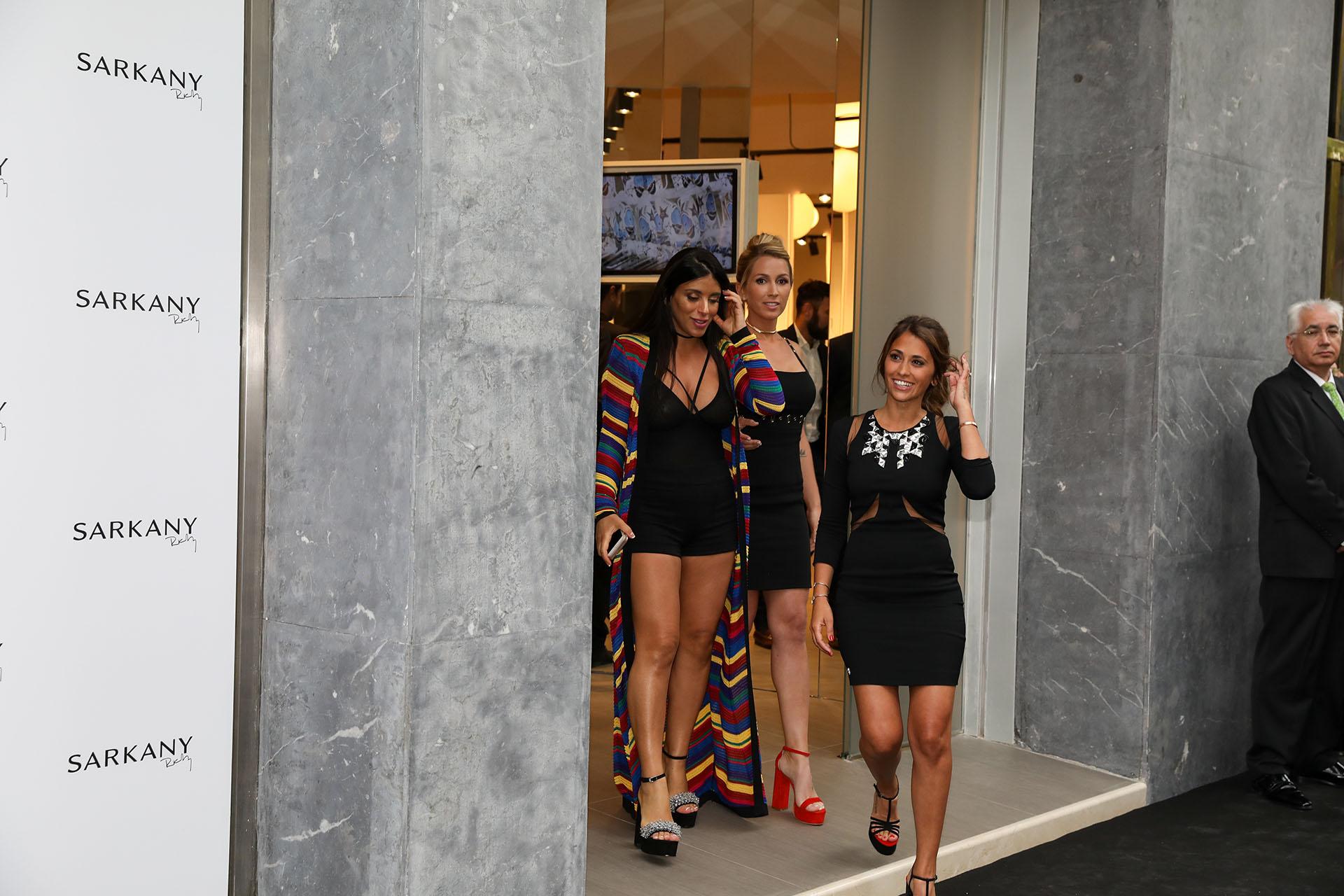 Daniella Semaan, Sofía Balbi y Antonella Roccuzzo en la entrada de la tienda Sarkany