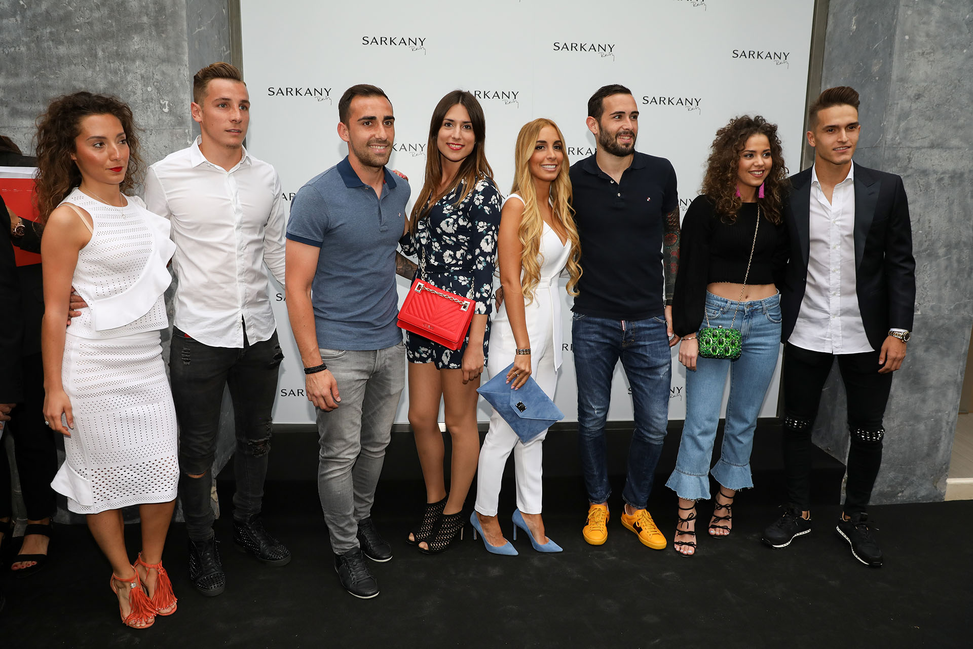 Lucas Digne, Paco Alcácer, Aleix Vidal y Denis Suárez junto a sus parejas