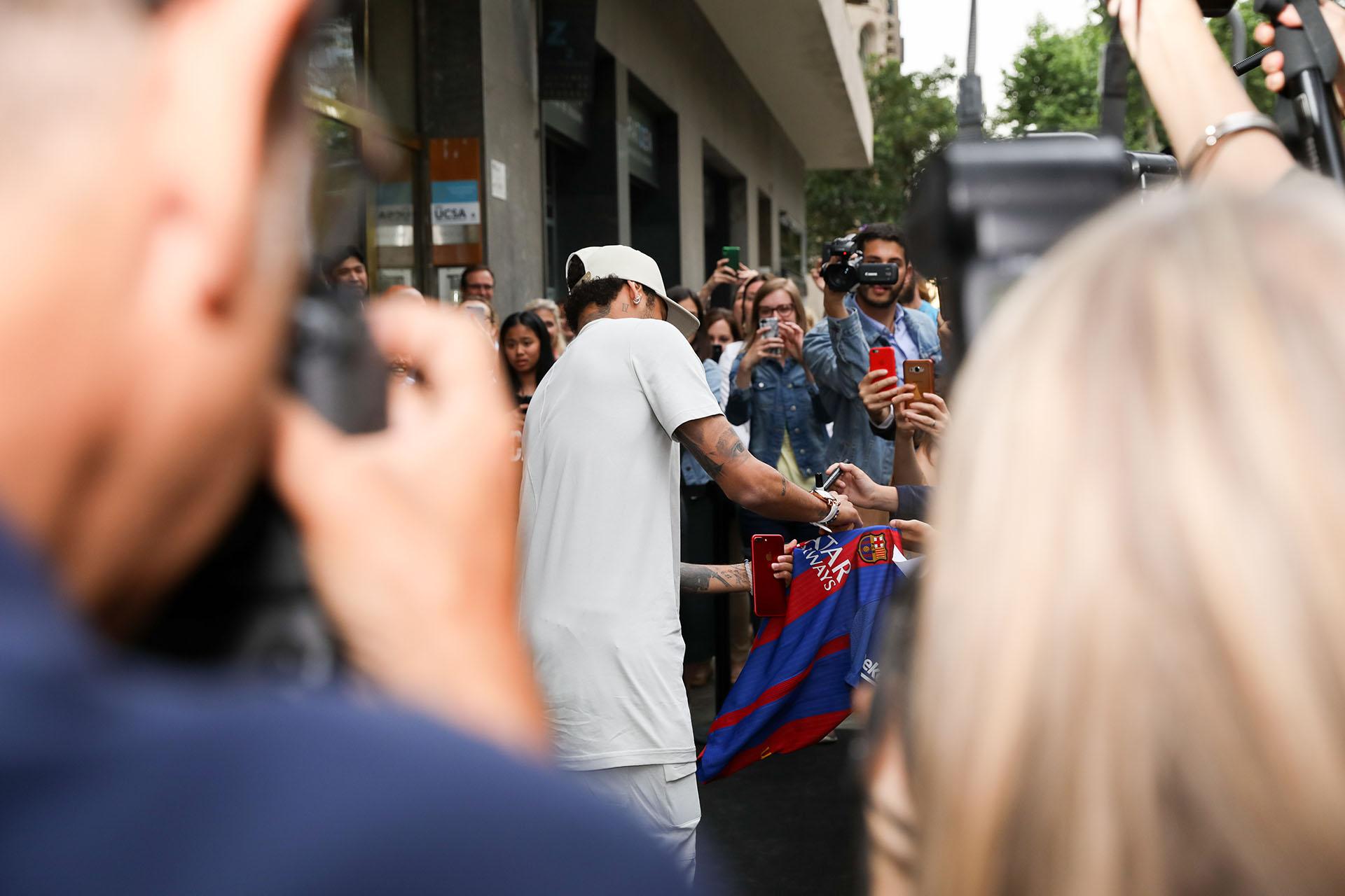 Neymar firmando autógrafos a la salida de la inauguración /// Fotos: David Datzira – Cristian Welcomme