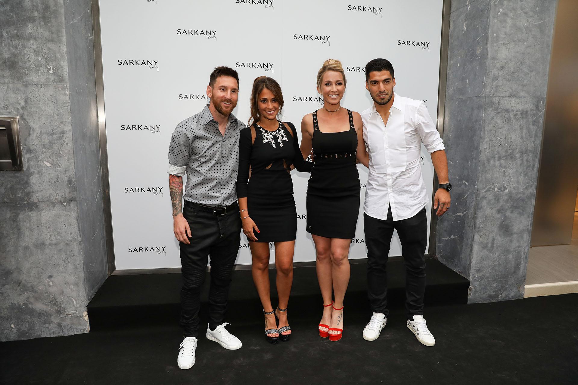 En la inauguración de Sarkany en Barcelona, Antonela y Sofía Balbi fueron acompañadas por sus maridos, Messi y Suárez, dos ídolos del club Barcelona (mayo 2017)
