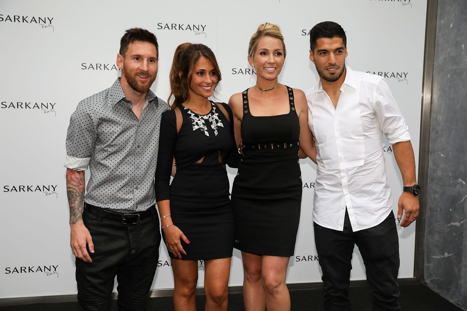 Lionel Messi y su mujer Antonella Roccuzzo, con quien se casará el próximo 30 de junio. Luis Suárez también acompañó a su esposa, Sofía Balbi