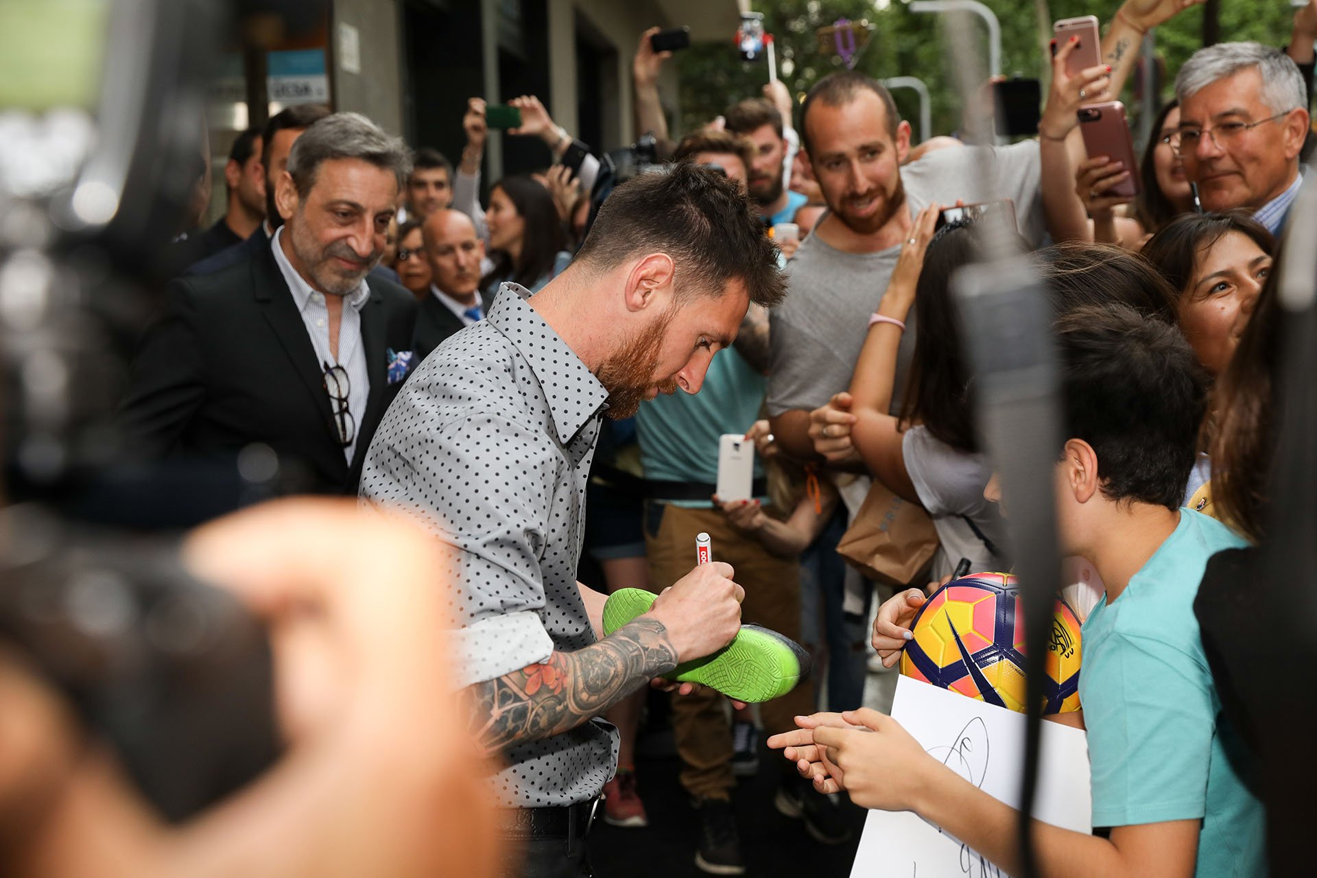 Lionel Messi firmó autógrafos en la entrada de la nueva tienda