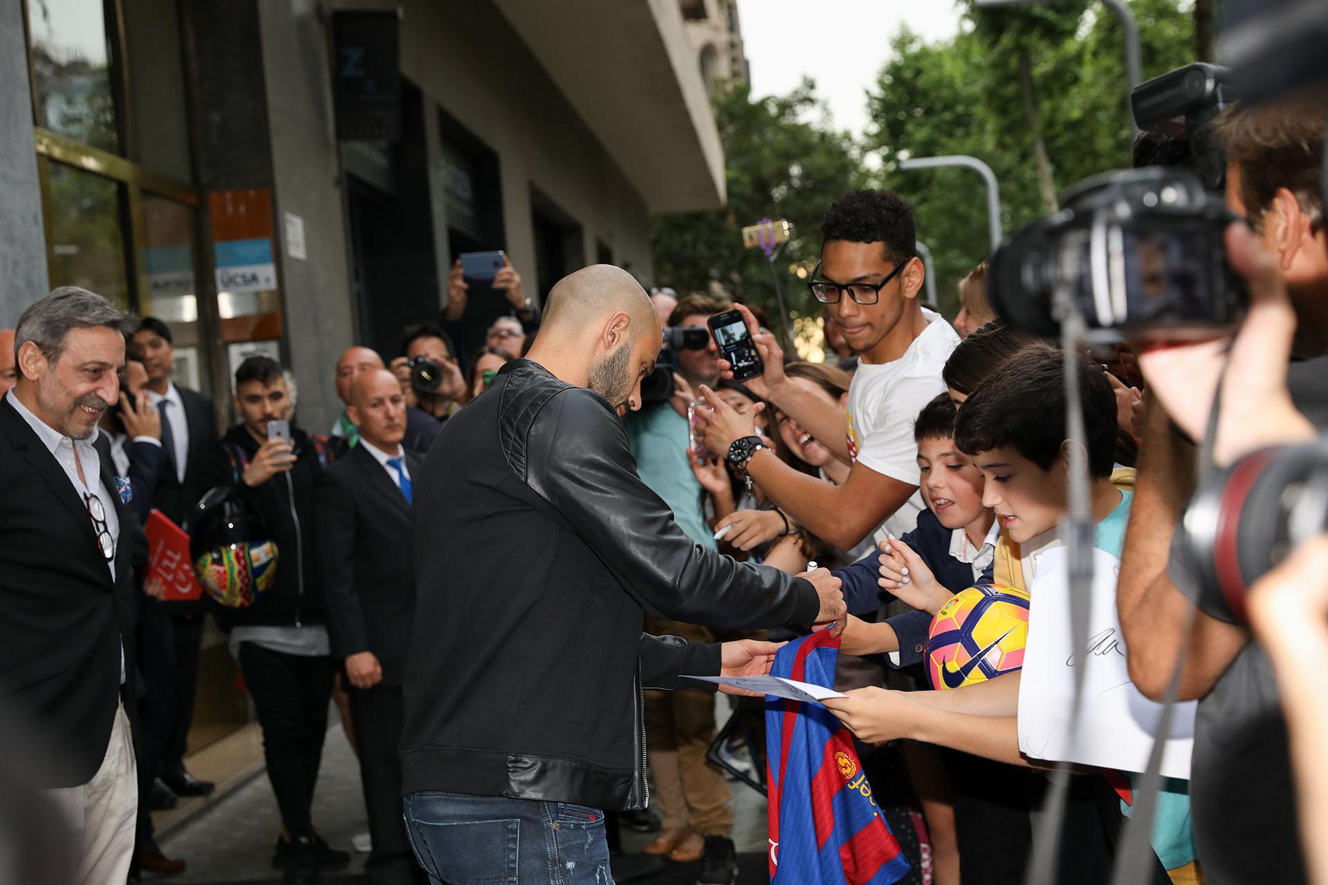 Javier Mascherano firmando autógrafos