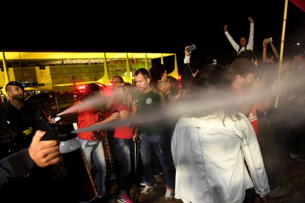 La policía respondió reprimiendo con gas pimienta