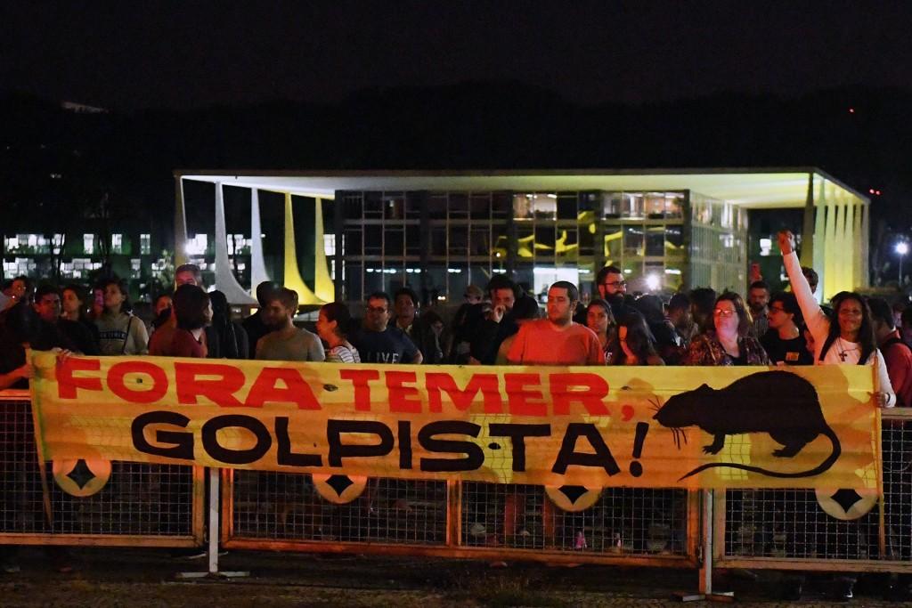 Decenas de manifestantes llegaron al Palacio de Planalto tras revelarse el escándalo