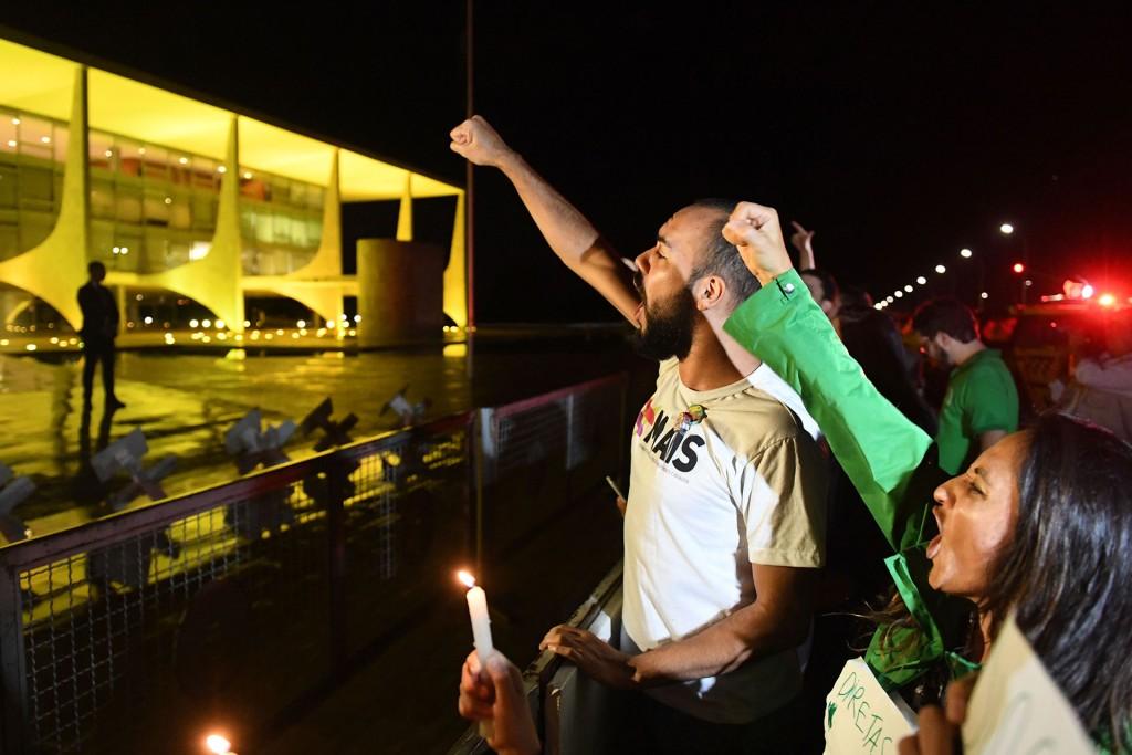"""""""Al enterarse de la noticia, la gente salió espontáneamente a la calle porque no aguanta más. Tenemos sed de democracia, estamos indignados con este presidente golpista"""", comentó Thiago Rocha, un universitario de 23 años que se manifestaba en Brasilia"""