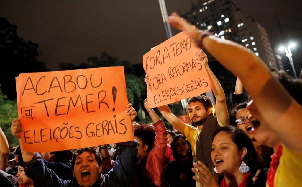 En San Pablo, otro nutrido grupo de manifestantes exigian la renuncia del presidente