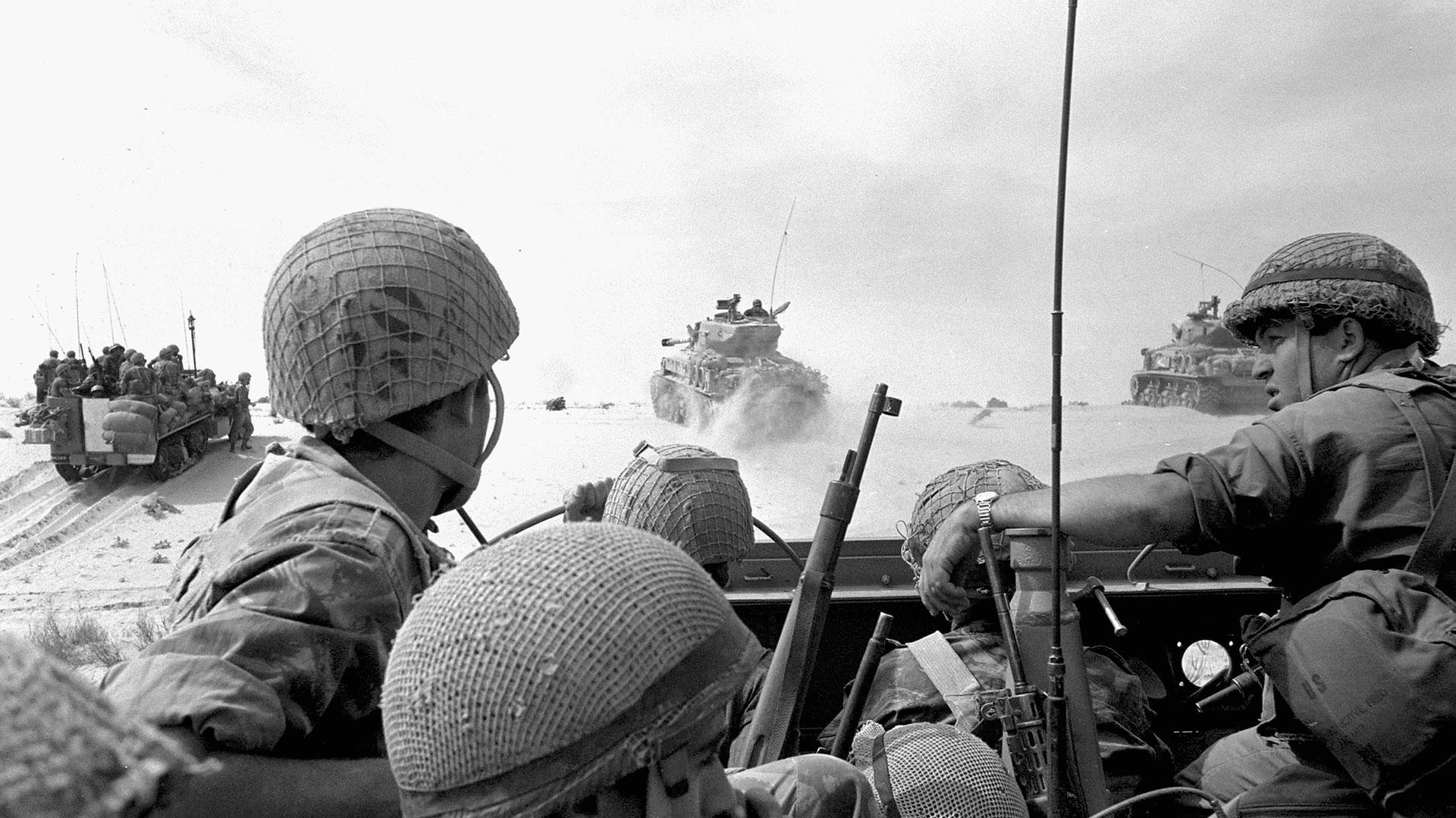 Tropas israelíes avanzan contra el ejército egipcio cerca de la franja de Gaza, al comienzo de la Guerra de los Seis Días (Getty)