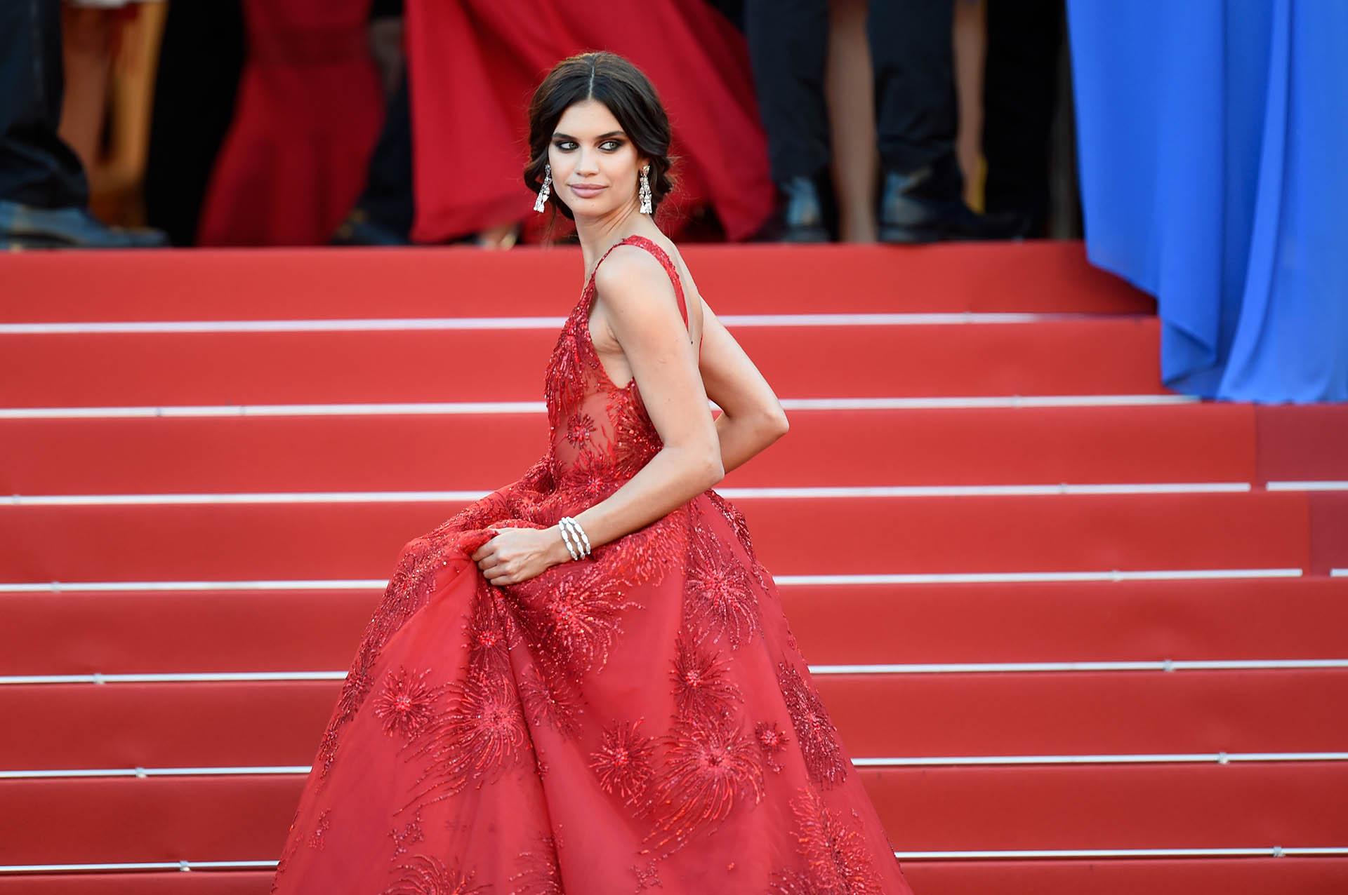 Sara Sampaio, uno de los looks más imponentes en esta edición de Cannes, con detalles en su vestido rojo, aros que acompañaban y un maquillaje hizo de su look un verdadero éxito de moda (Photo by Antony Jones/Getty Images)