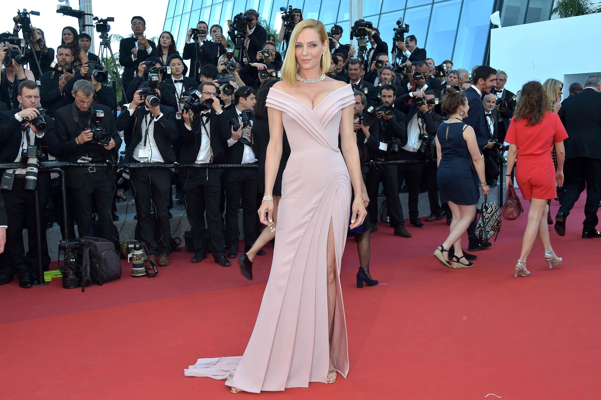 Uma Thurman, presidenta de los jurados en el festival 2017 de Cannes, opto por un vestido rosa de Versace opaco. (Pascal Le Segretain/Getty Images)