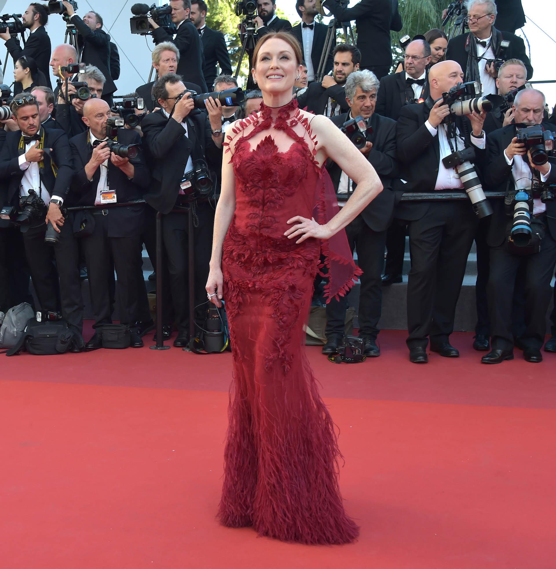 Julianne Moore estuvo presente también, con un vestido de corte sirena y plumas de Givenchy (Pascal Le Segretain/Getty Images)