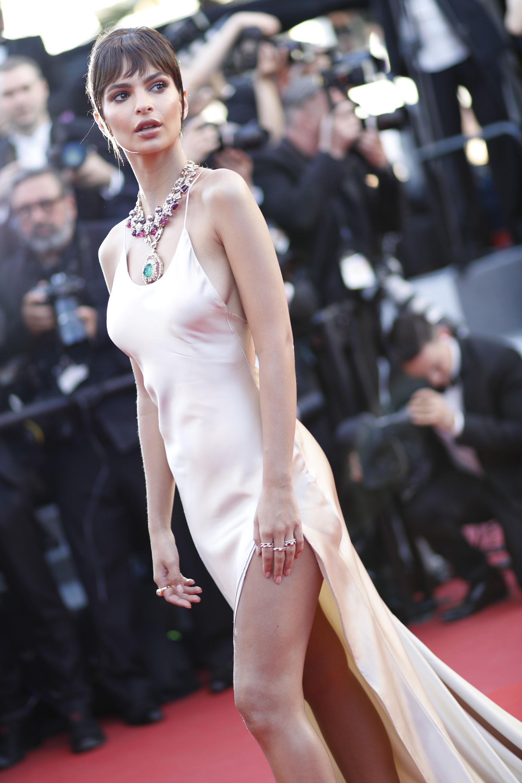 """Emily Ratajkowski, la modelo, brilló en la alfombra roja siguiendo la linea de los colores """"nude"""", sin duda una de las más lindas del festival (Tristan Fewings/Getty Images)"""