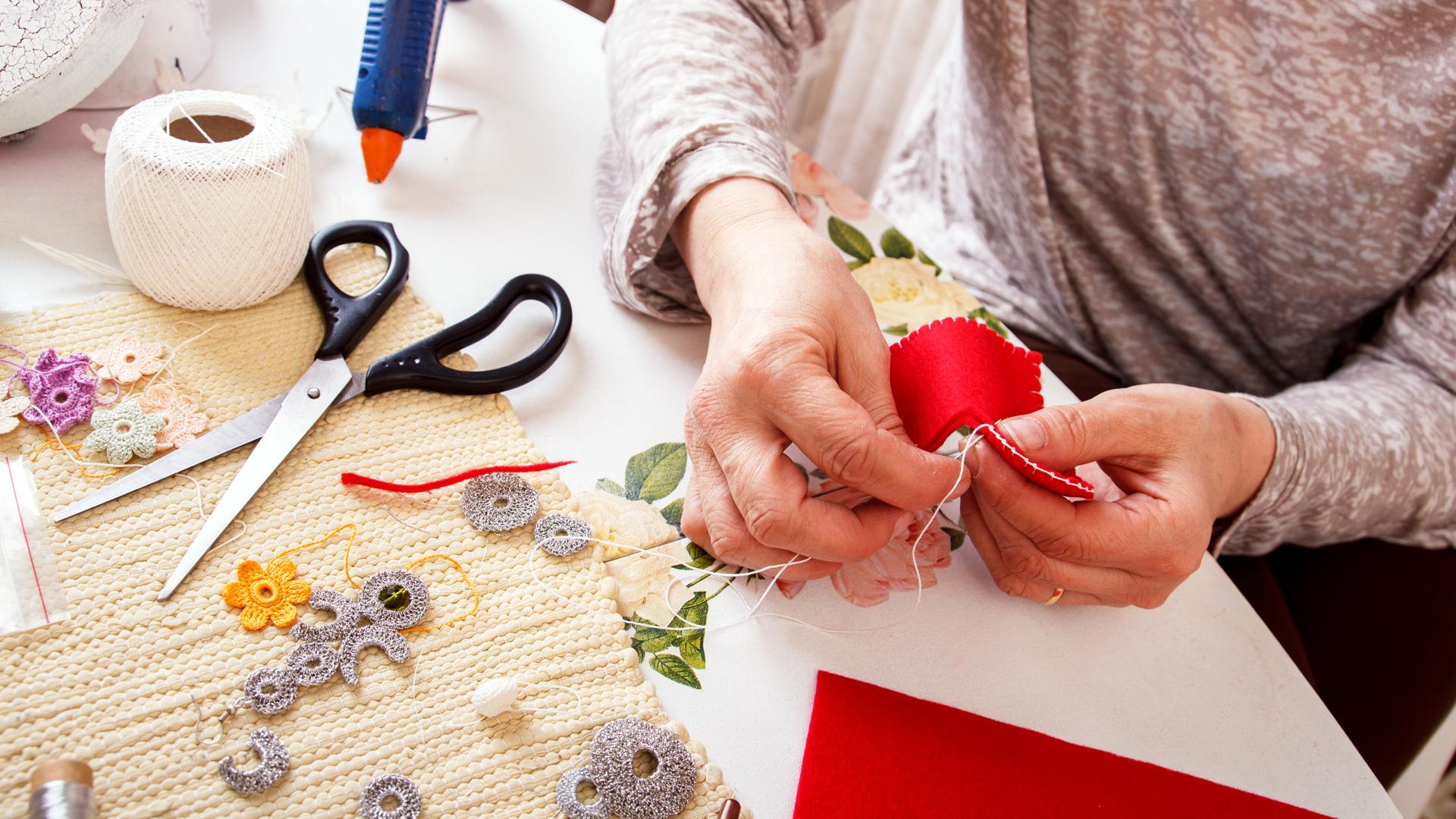 Las actividades que implican creativiad son fundamentales para prevenir el envjecimiento cerebal (iStock)