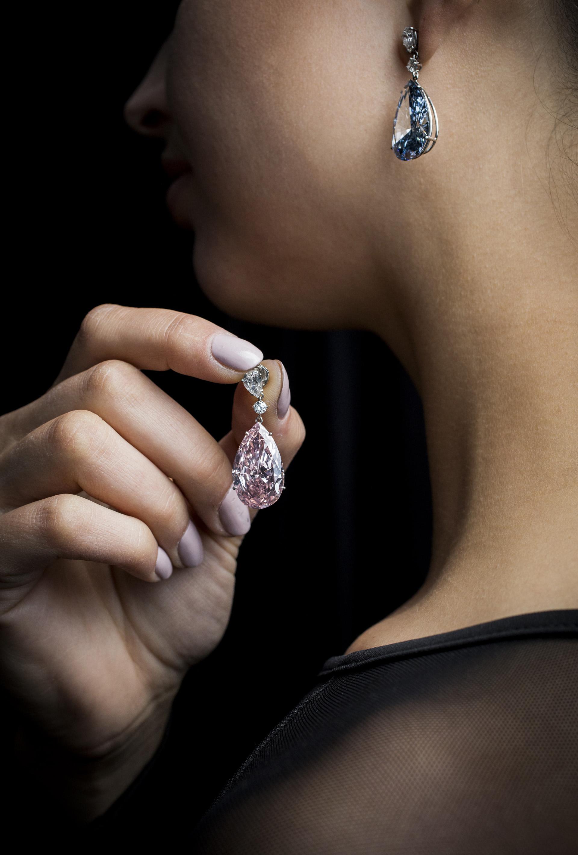 El diamante de color azul es de 14,54 quilates y el rosa de 16; estaban disponibles de manera individual o en conjunto (Getty Images for Sotheby's)