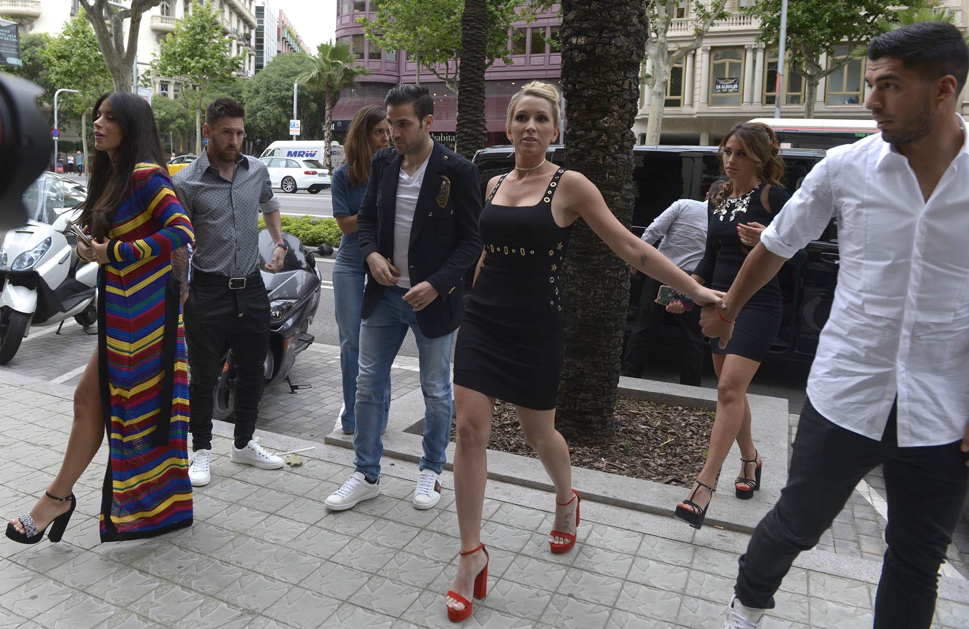 Sofia Balbi junto Luis Suárez, detrás Antonella Rocuzzo, Lionel Messi, Daniella Semaan y Cesc Fàbregas