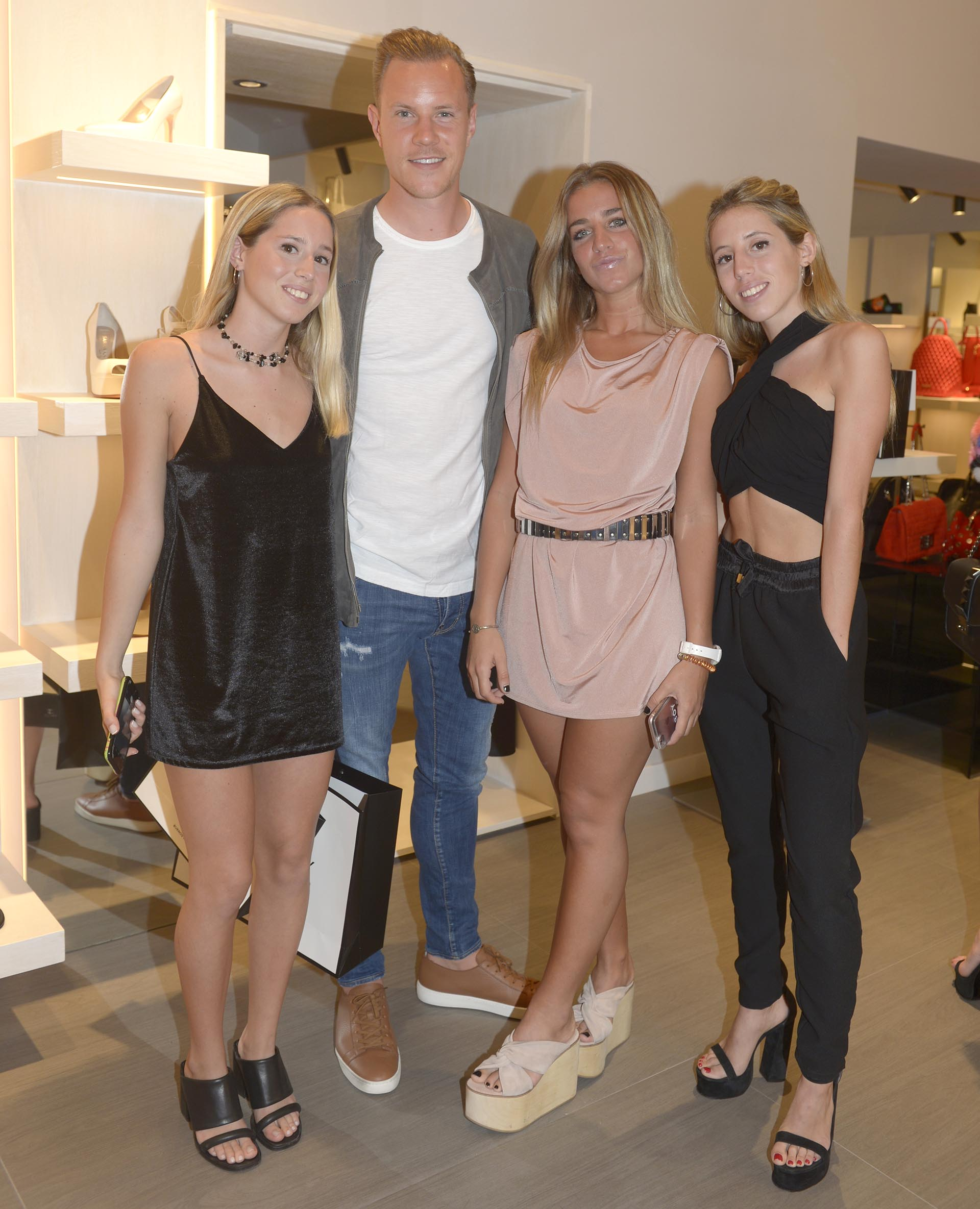 Violeta, Marc-André ter Stegen, Julieta Scasso y ClaritaSarkany