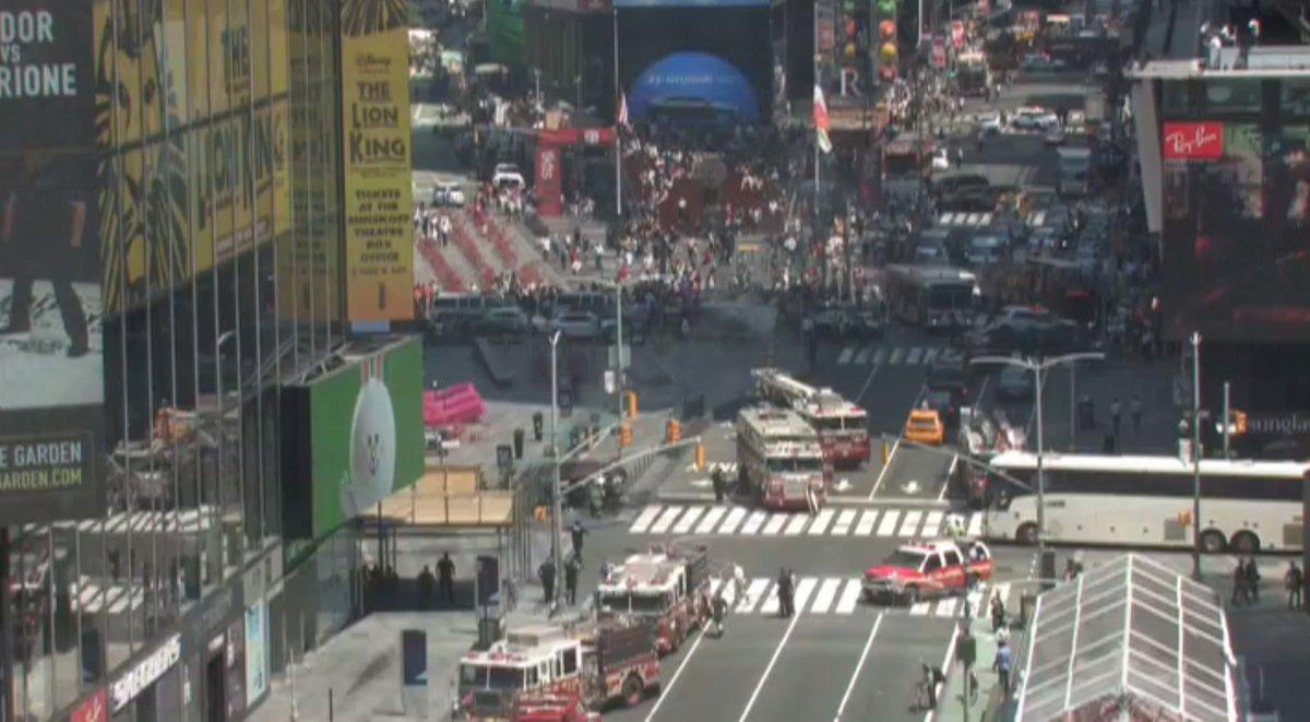 Arrollan a multitud en Times Square; muere 1