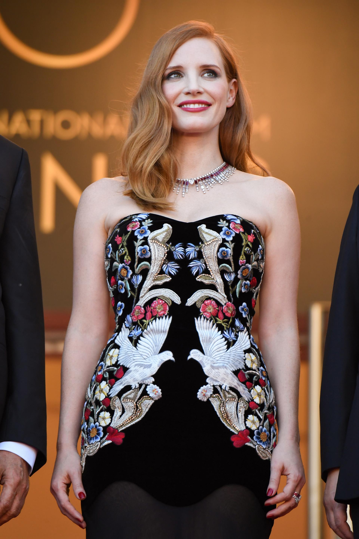 La actriz Jessica Chastain deslumbró con su collar en oro blanco de 18 quilates con diamantes en corte pera