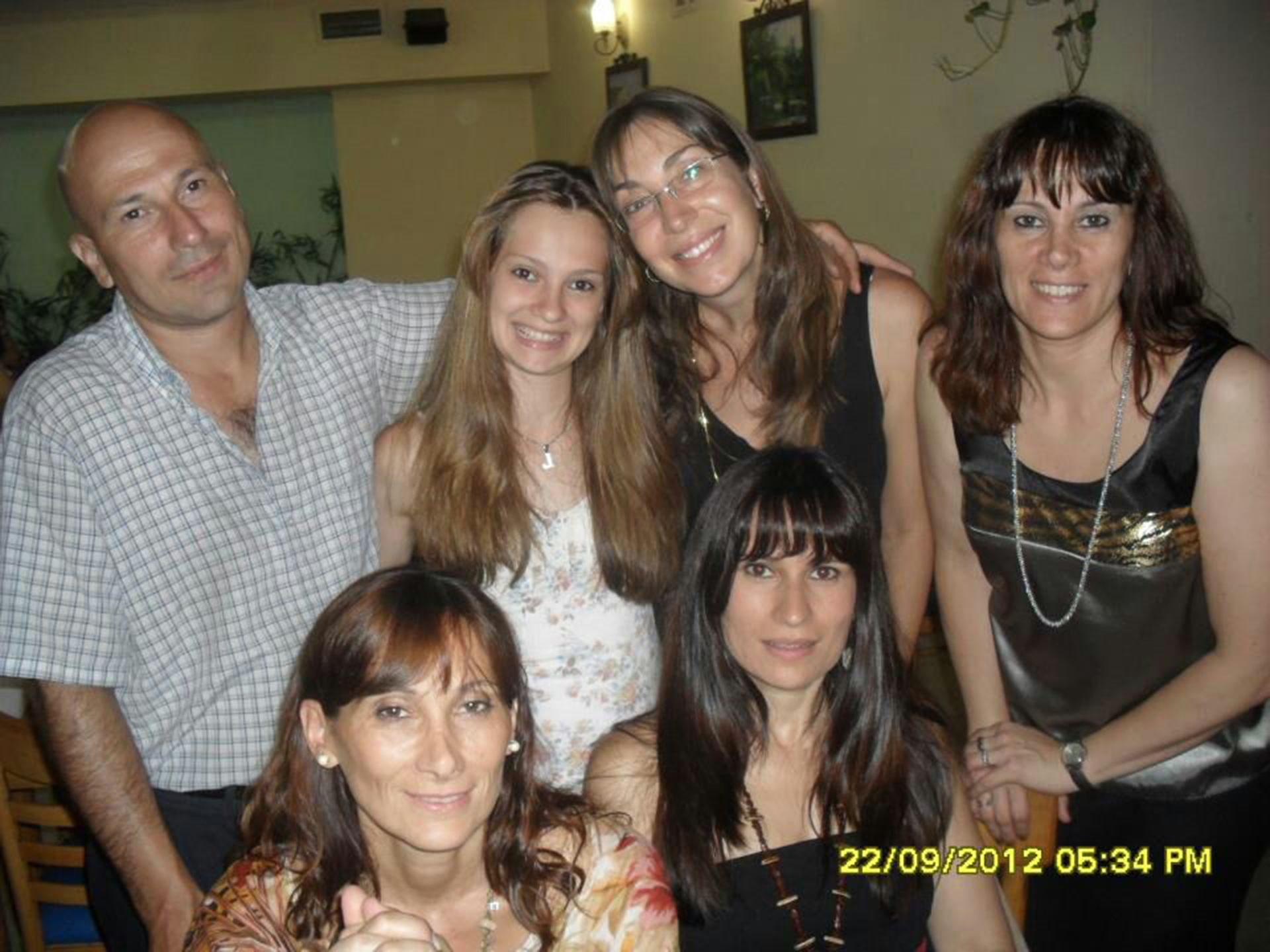 La maestra, junto a su familia