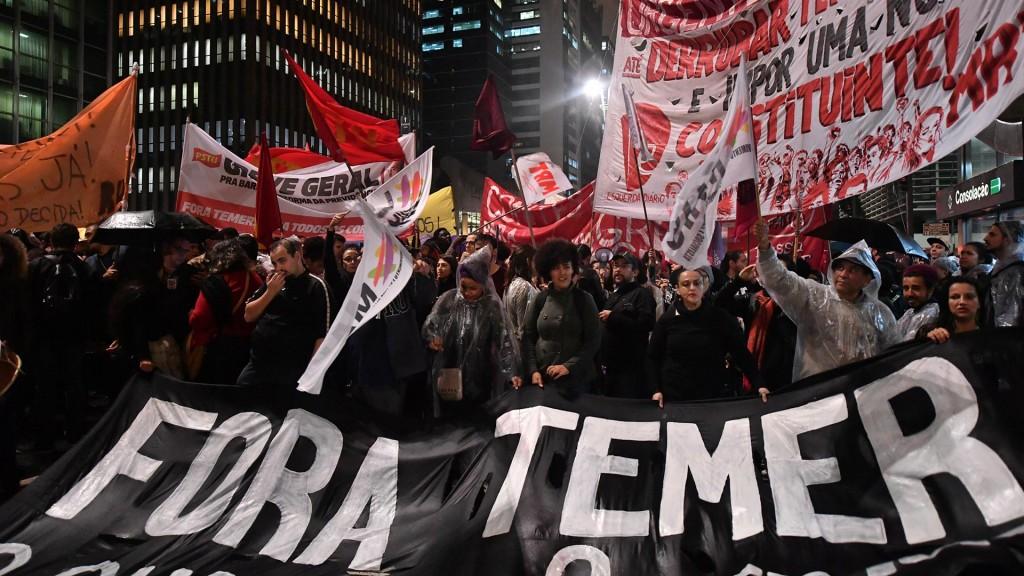 """""""Fora Temer"""", una de las leyendas que más se leen en las banderas de los manifestantes (AFP)"""