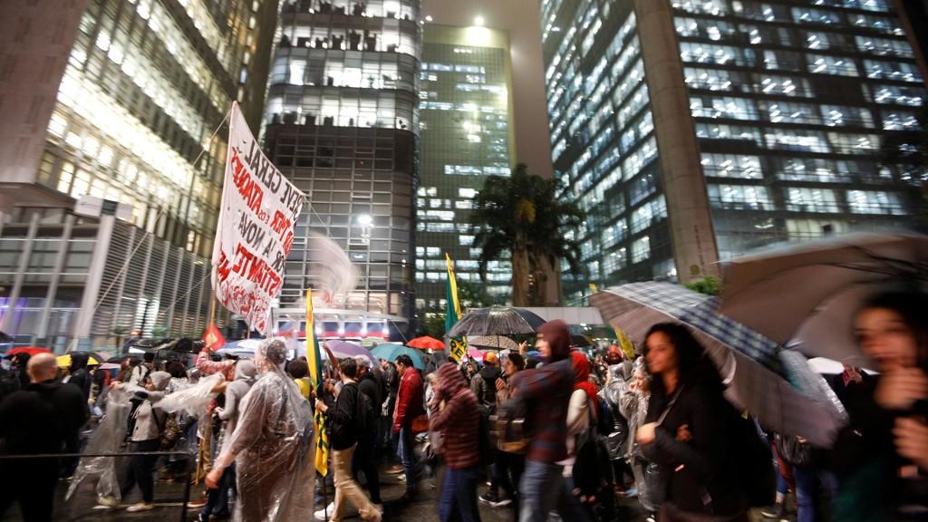 Los manifestantes fueron convocados a través de las redes sociales (Reuters)