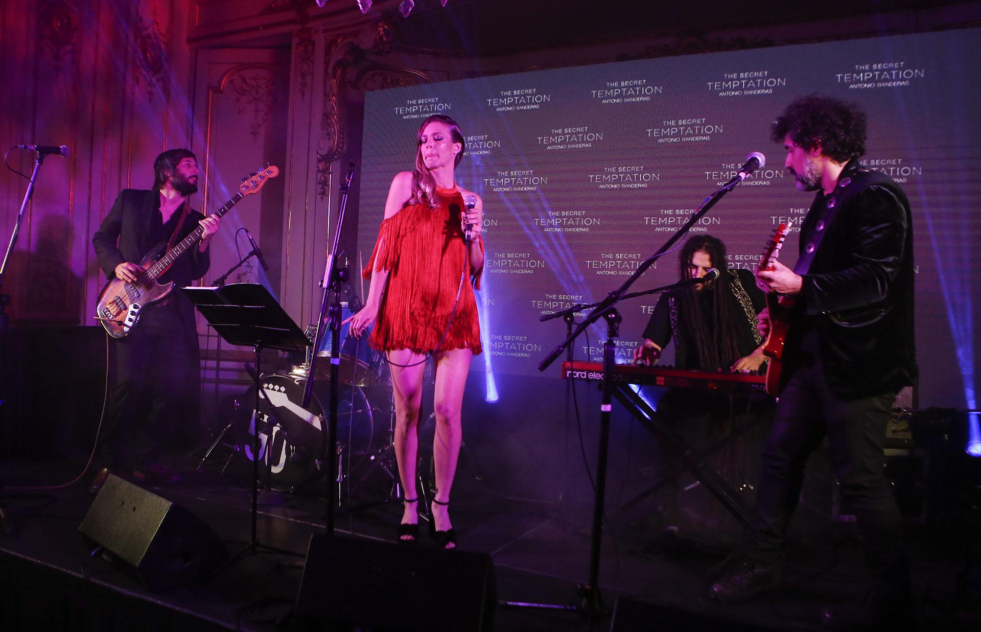 Para coronar la noche, Geraldine Neumann realizó un show en vivo con un repertorio inspirado en el espíritu de las nuevas fragancias, un encuentro de seducción y deseo