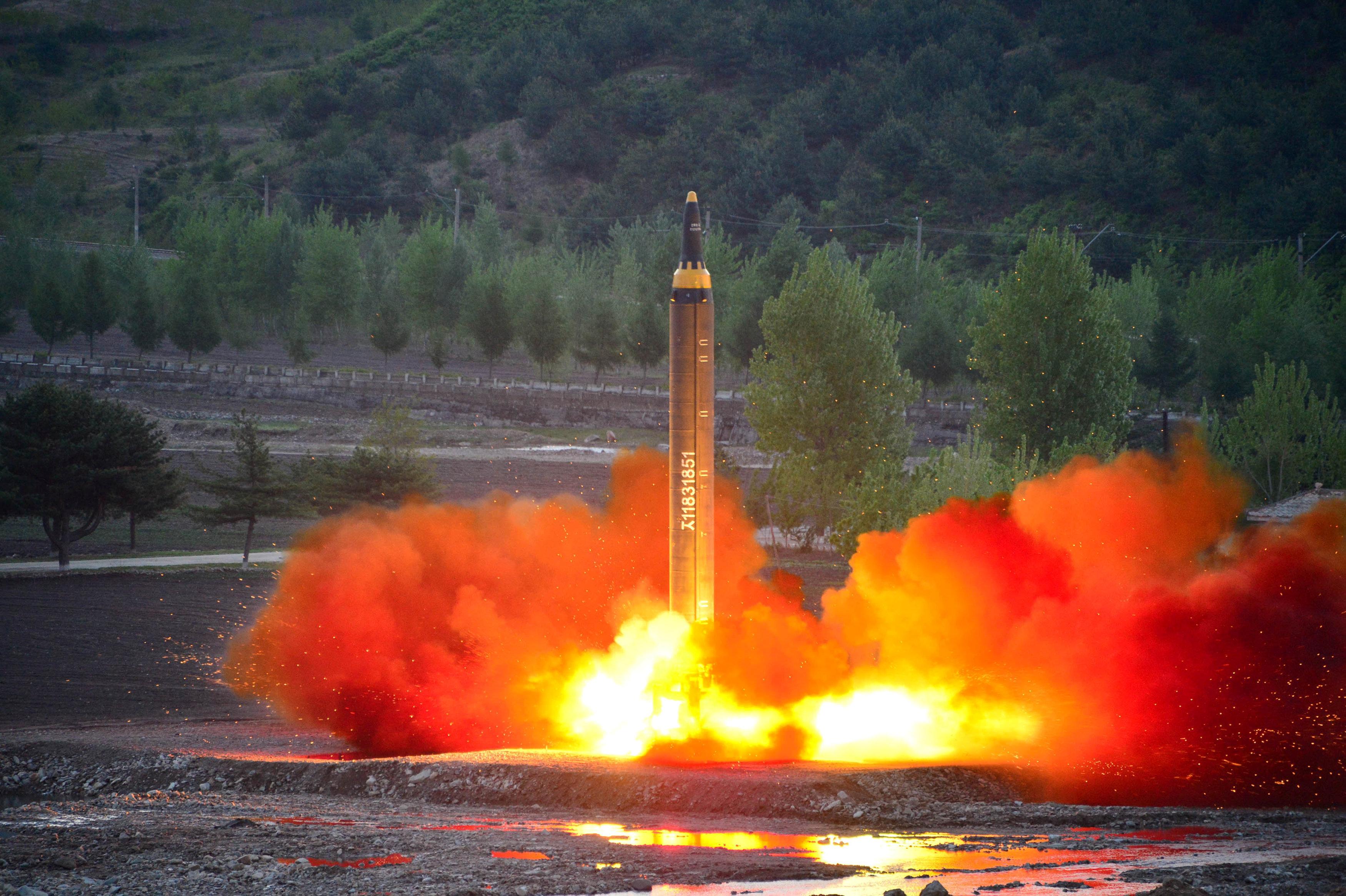 El misil Hwasong-12 (Mars-12), similar al Hwasong-14, en un test anterior. (Reuters)