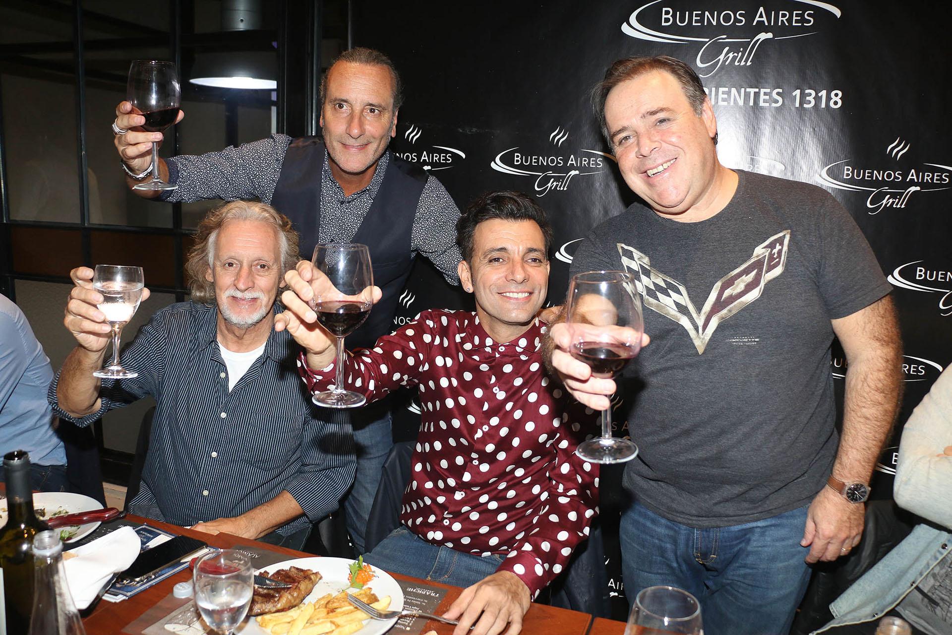 """Martín Bossi debutó con el show """"Bossi Master Show"""" en el teatro Astral. Luego de la función, fue a cenar con Nito Mestre, Manuel Wirzt y Carna"""