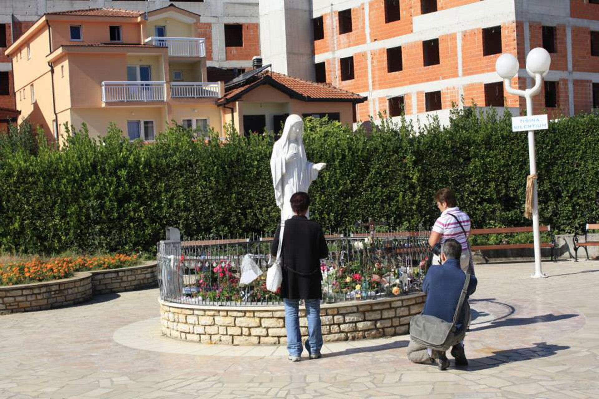 Estatua de la Virgen frente a la iglesia
