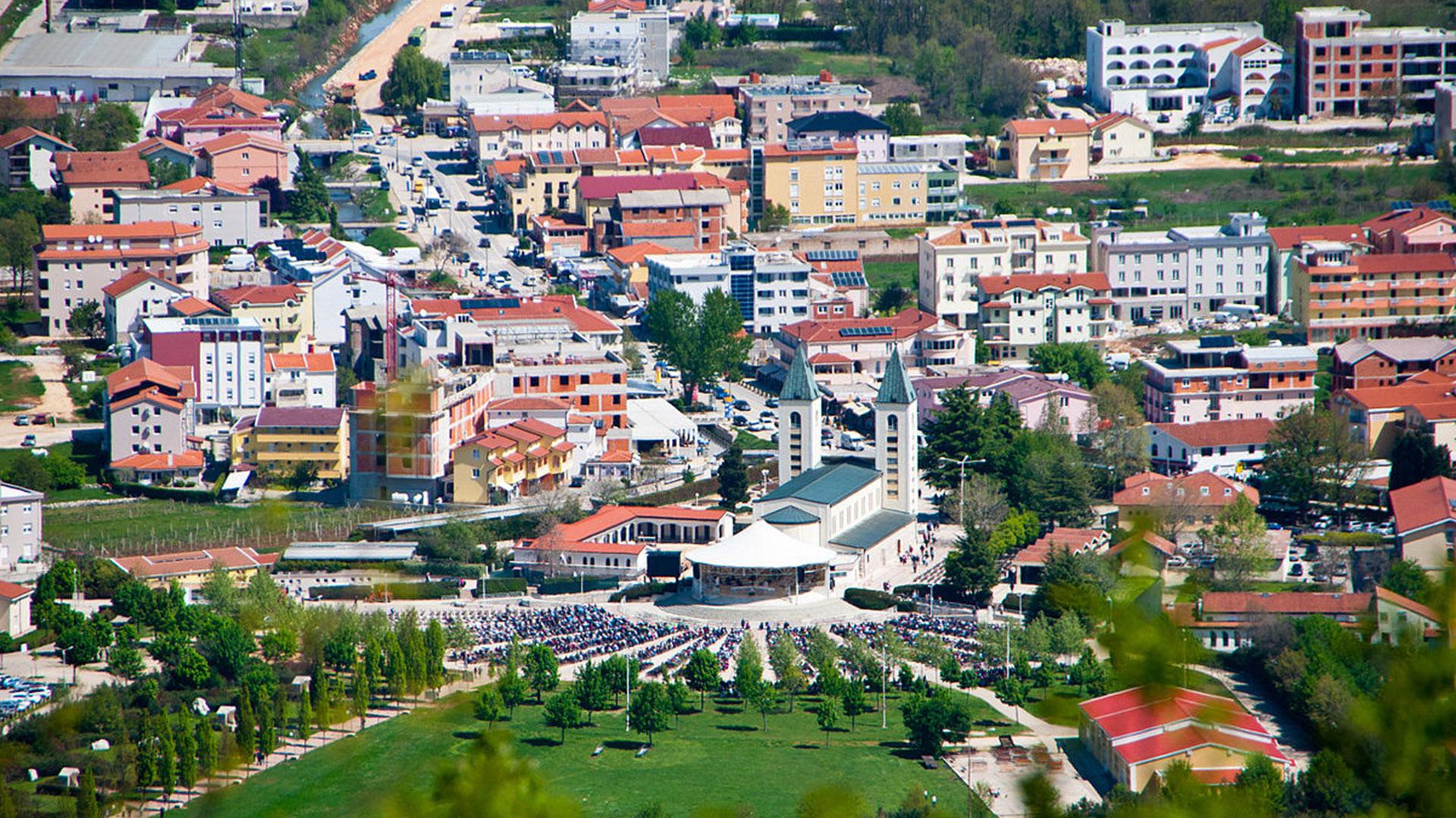 La pequeña ciudad de Mejugorje creció con hoteles, spa y comercios alrededor de la Iglesia de la ciudad