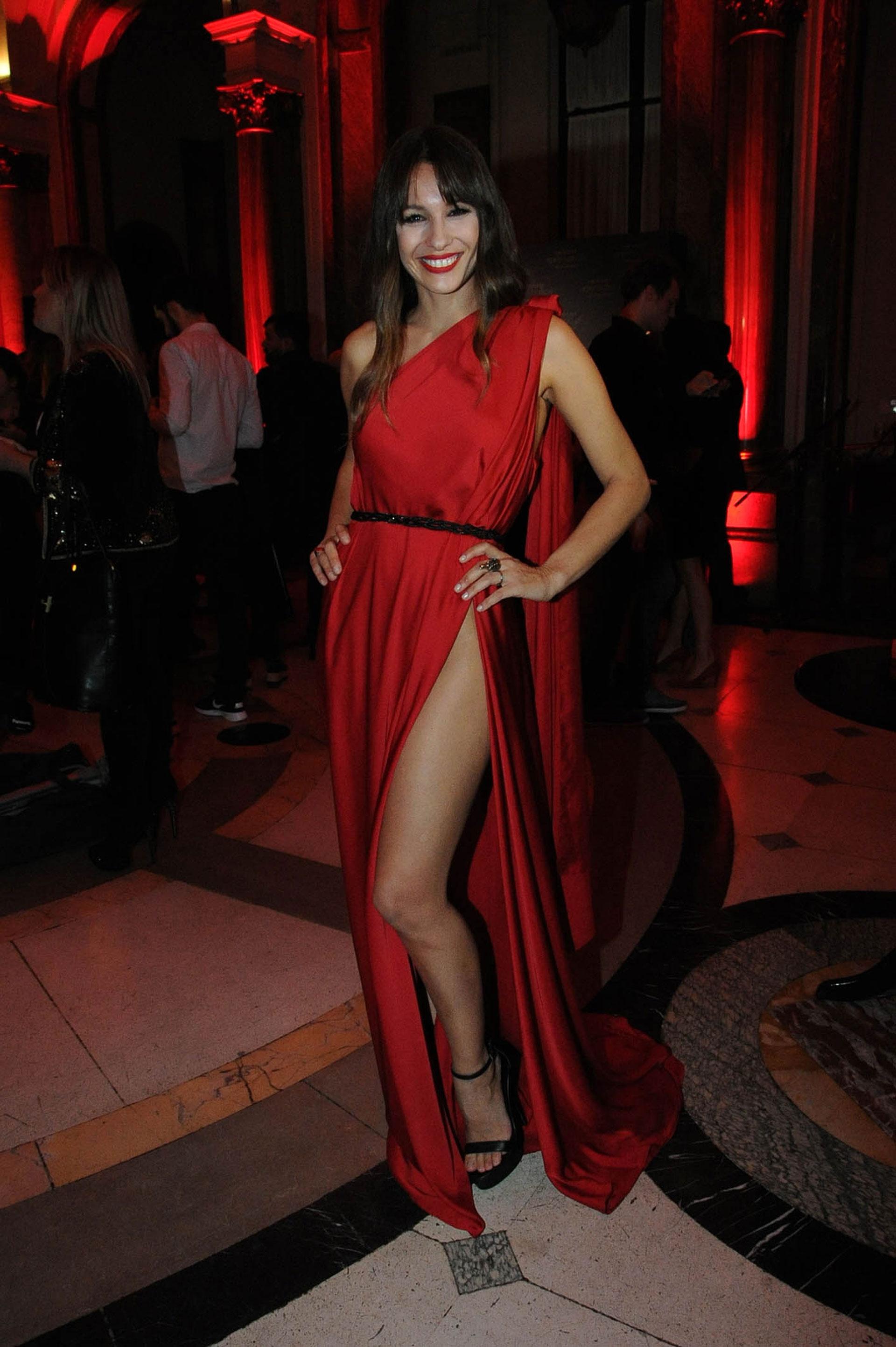 Pampita lució un vestido rojo muy sexy, con un súper tajo en la presentación de la nueva fragancia de Antonio Banderas
