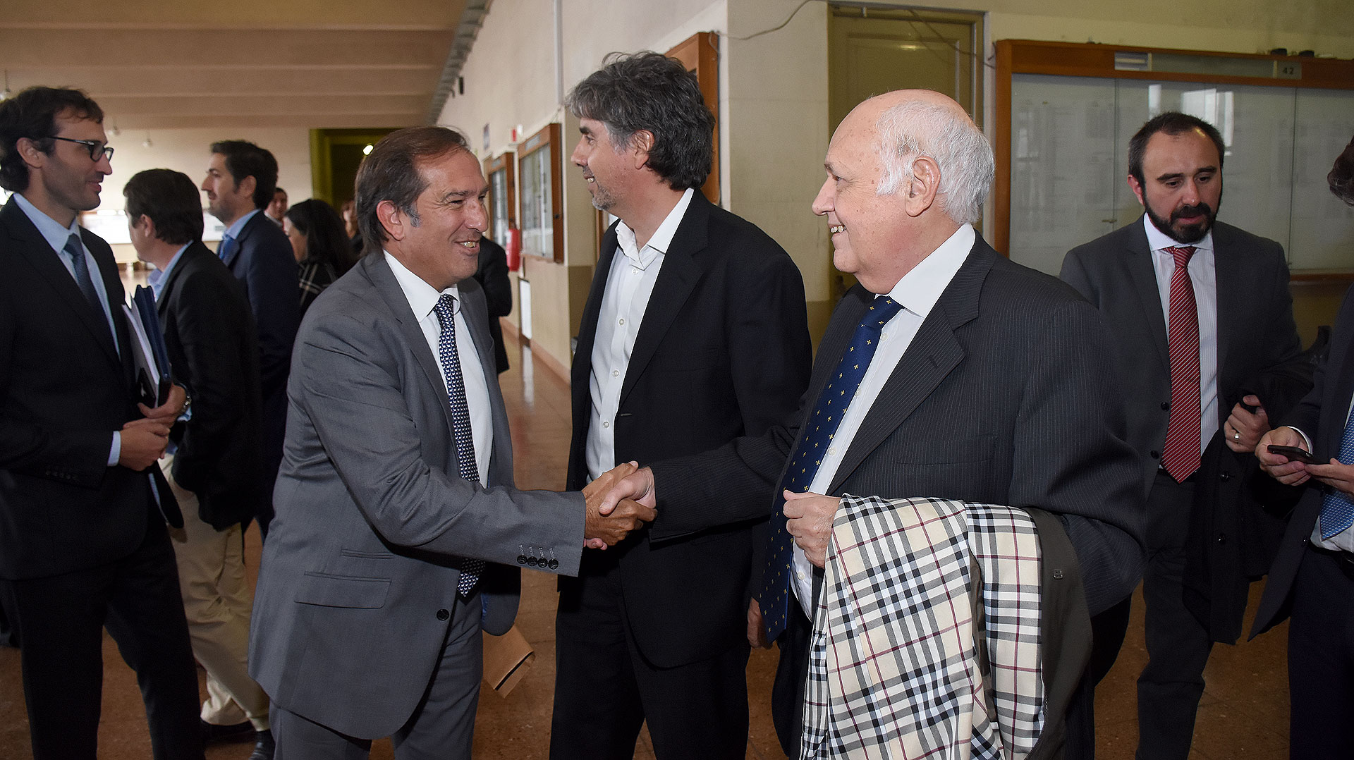 El juez penal Económico Ezequiel Berón de Astrada saluda al magistrado Jorge Tassara