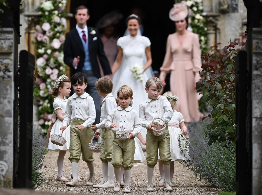 Los novios caminan rodeados de los pequeños de la familia (AFP)