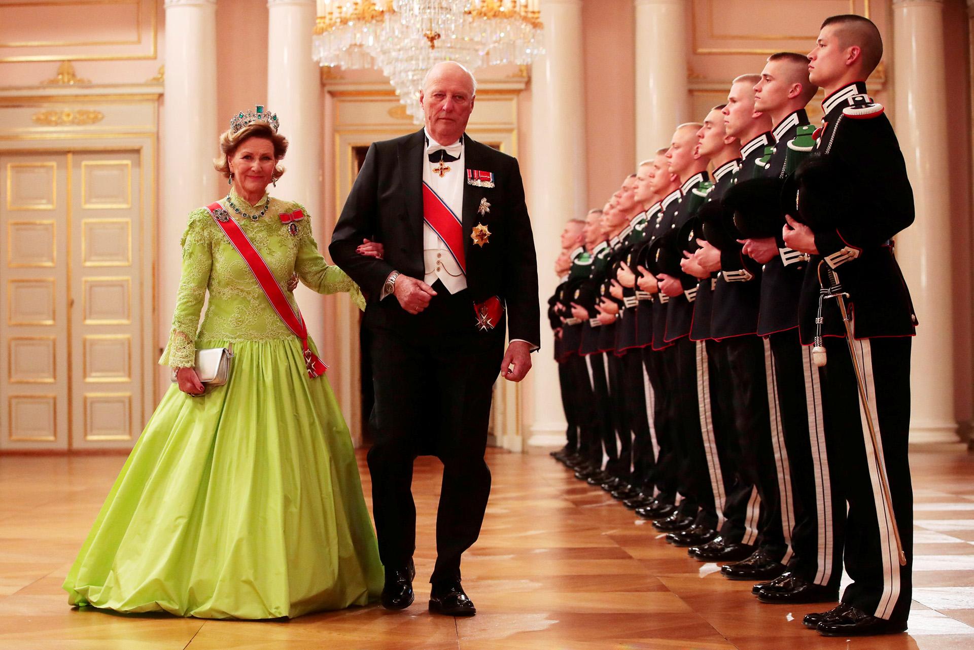 Los monarcas recibieron a los representantes de las casas reales europeas en la entrada al Palacio Real, en Oslo