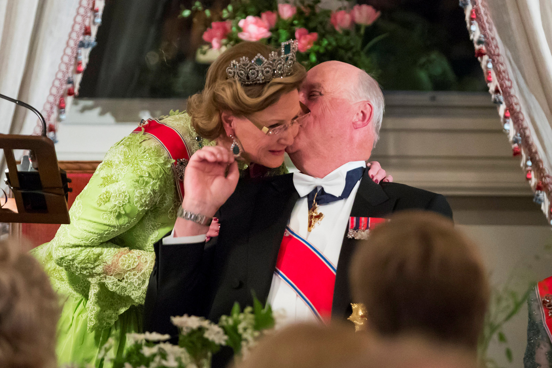 La historia de amor entre los reyes tuvo su broche de oro con su boda en 1968, luego de más de una década en la que Harald estuvo dispuesto a todo para poder casarse con Sonja, incluso renunciar al trono