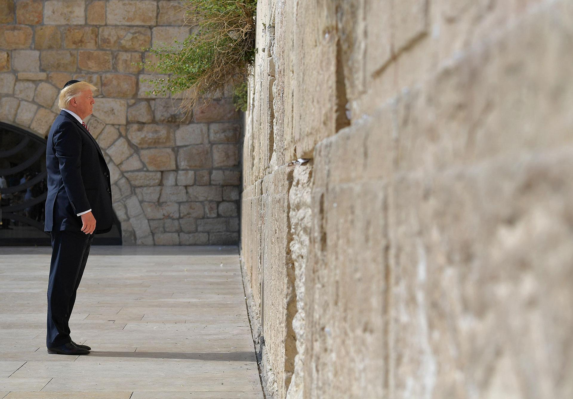Es la primera visita de un presidente de los Estados Unidos en funciones al Muro de los Lamentos (AFP)