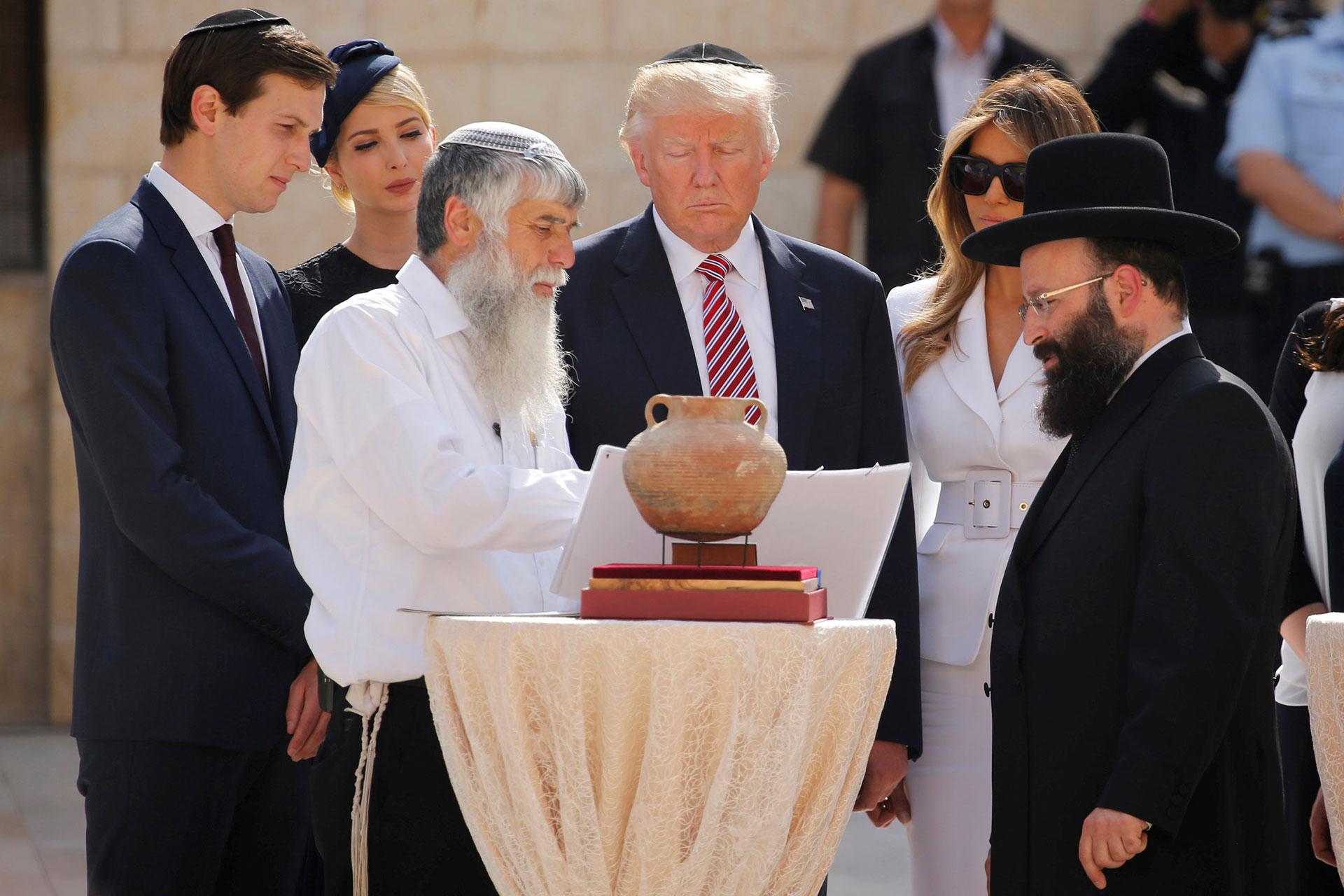Trump y su familia junto al rabinoShmuel Rabinowitzen la plaza frente al Muro de los Lamentos(Reuters)