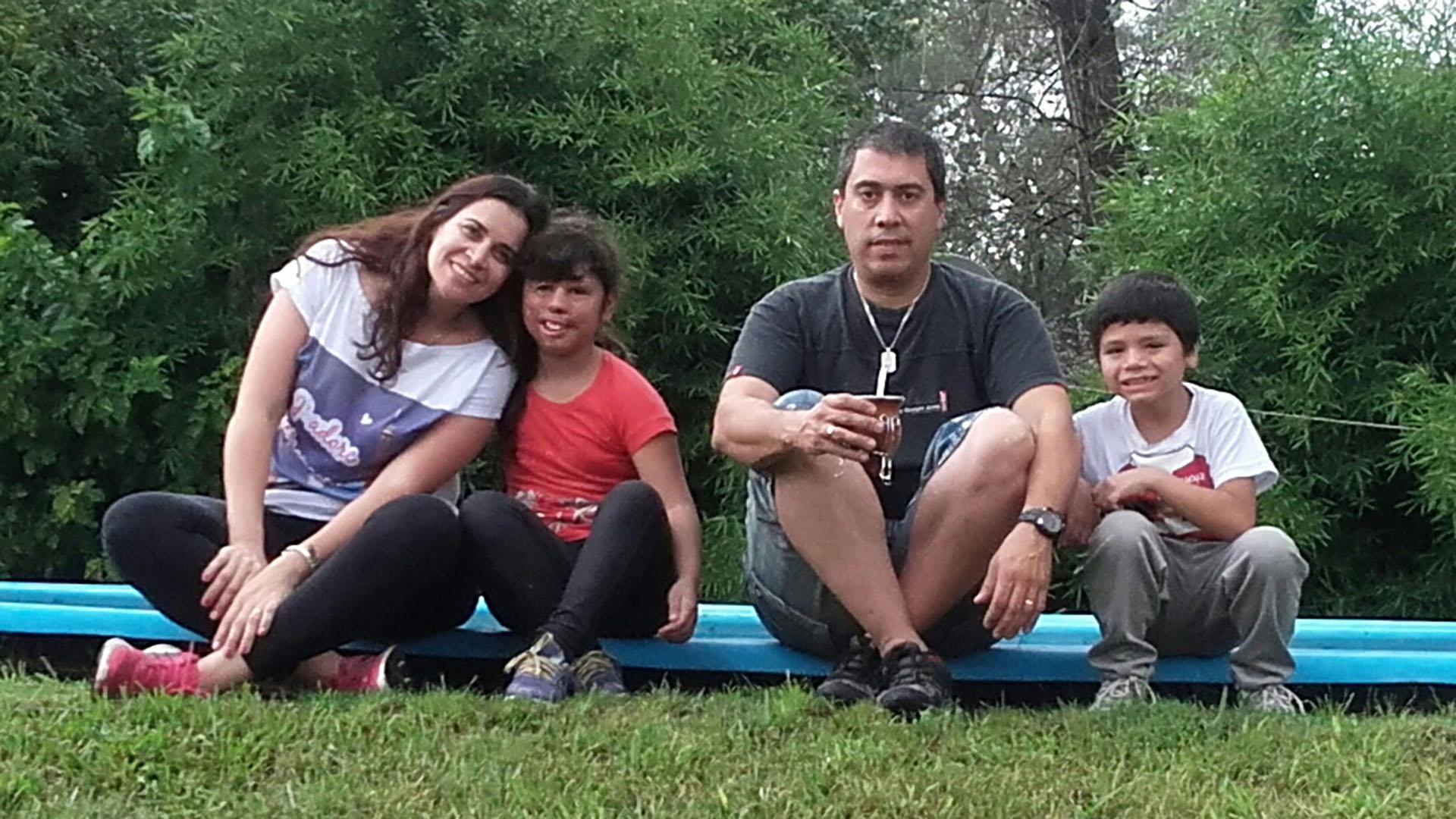 Fabiana Pérez y Norberto Vega y su nueva vida. Acá, junto a sus hijos, Betiana y Ezequiel