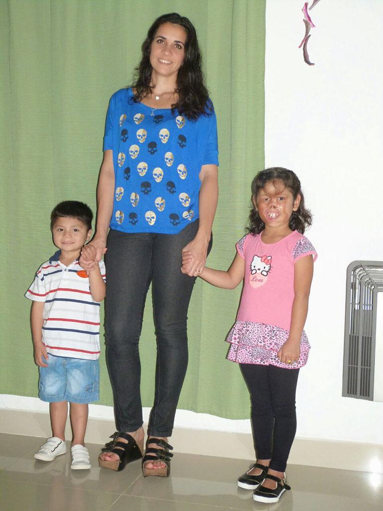 Cuando tenían 6 y 8 años, ya en su nueva casa y con su nueva familia, en Hurlingham