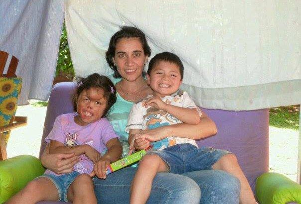 Fabiana y sus hijos, en Misiones, cuando se conocieron. Es la foto que subieron en la petición de Change.org