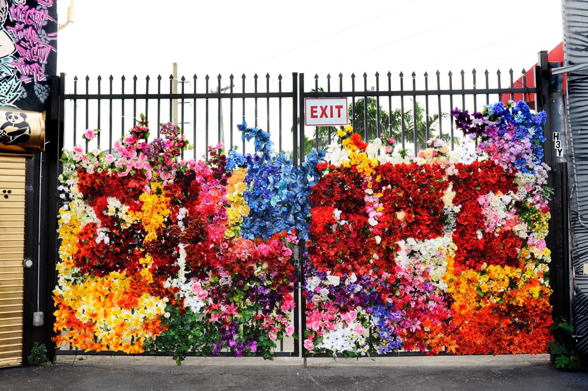 Mural creado por la artista francesa Fafi, cubierto en su totalidad con flores artificiales en el interior de una de las puertas de Wynwood.