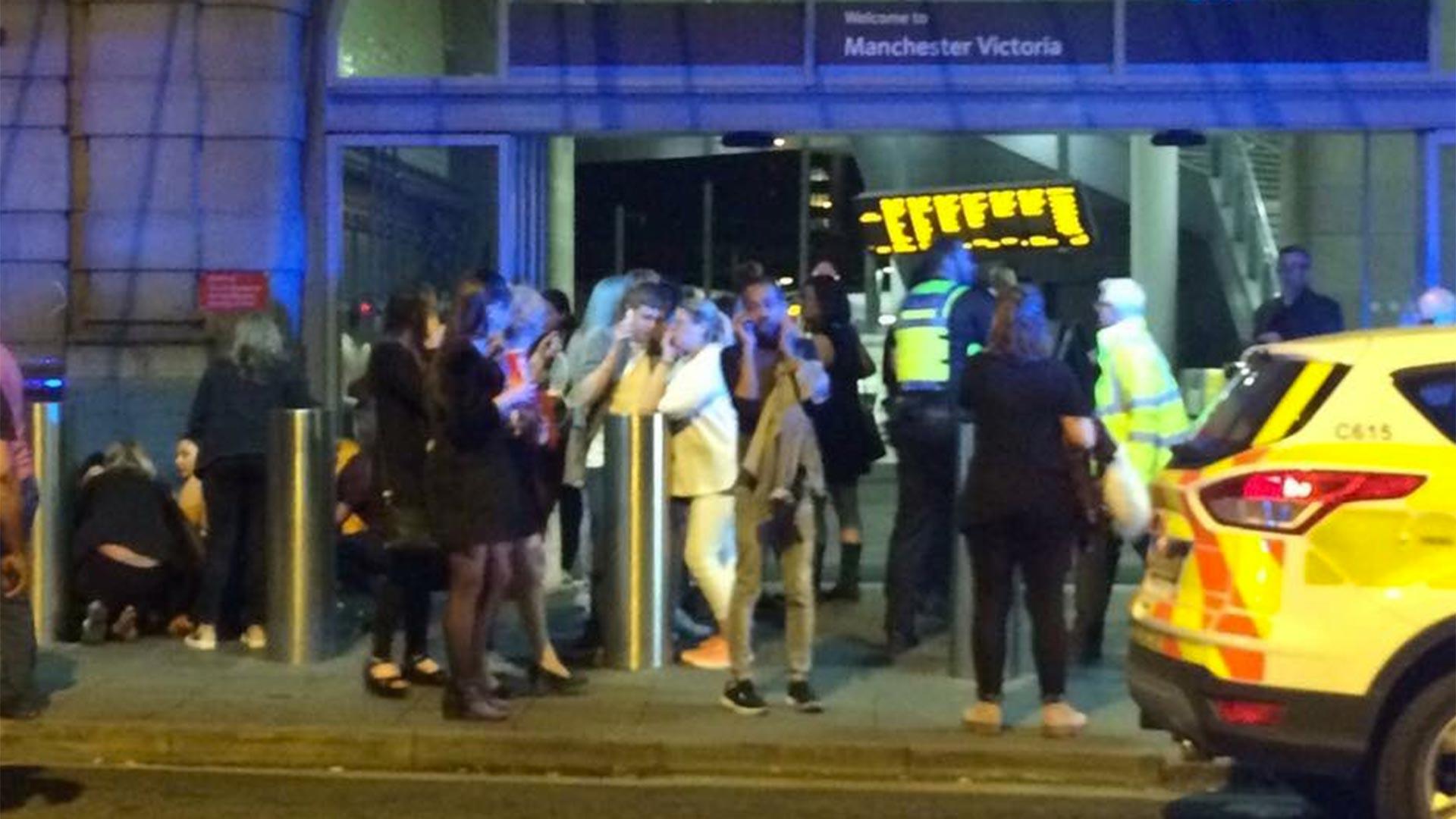 Una alerta del servicio de National Rail dijo que los trenes serían incapaces de ir desde o hacia la estación de Manchester Victoria, por lo que algunos estarán cancelados en estaciones alternativas, una interrupción que continuara hasta el final del día