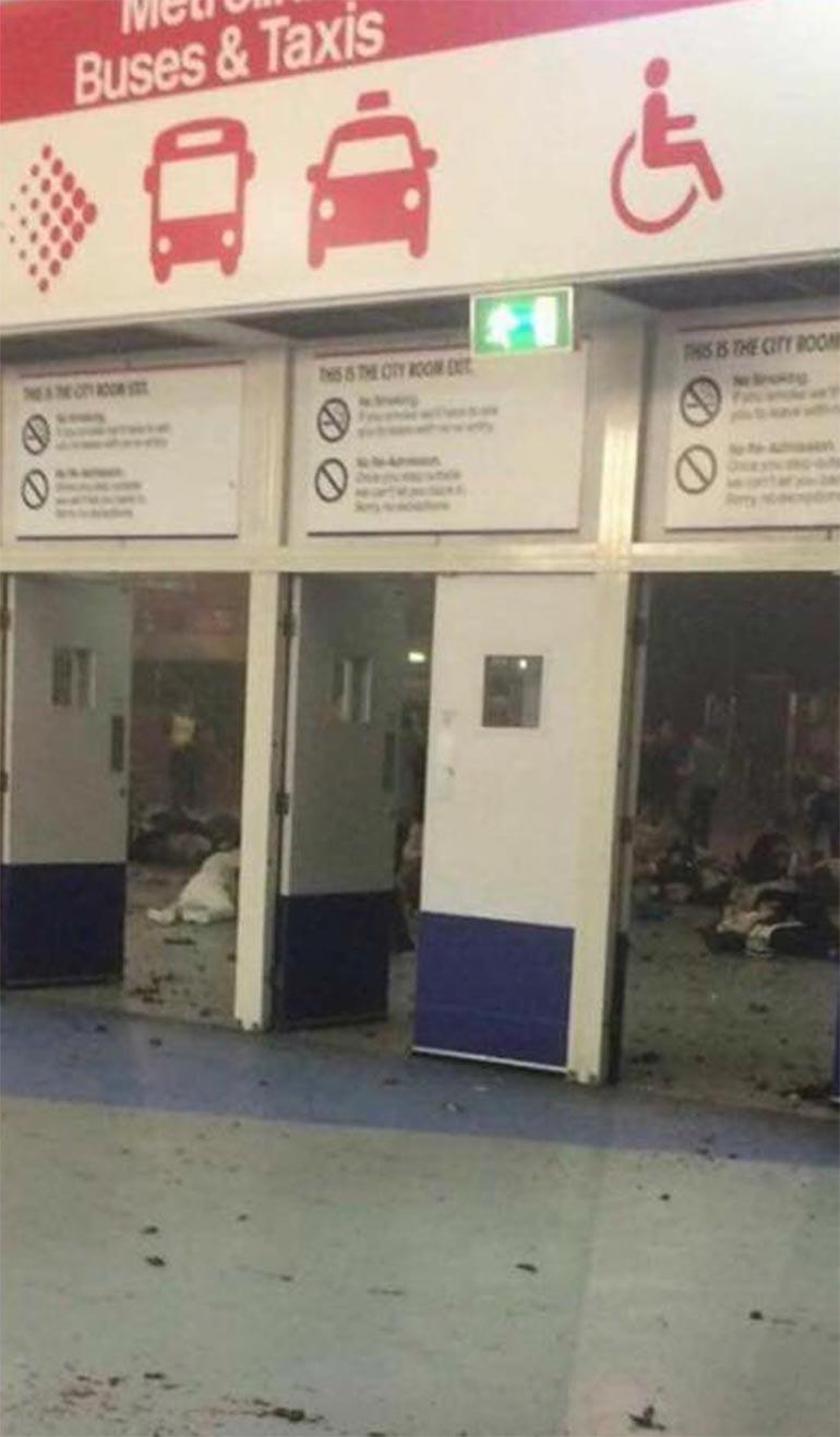 Un testigo dijo que la explosión ocurrió en la zona del vestíbulo poco después de que terminara el concierto, aunque fuentes oficiales presumen que sucediera fuera del edificio