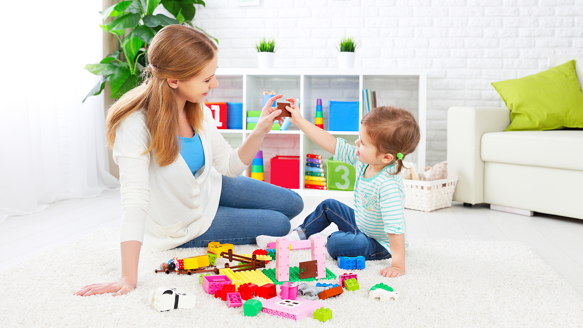 """""""El objetivo del Floortime es estimular la interacción cara a cara, uno-a-uno. Esto puede implicar un 'cortejo' activo al niño, para que éste responda a sus señales"""" (istock)"""