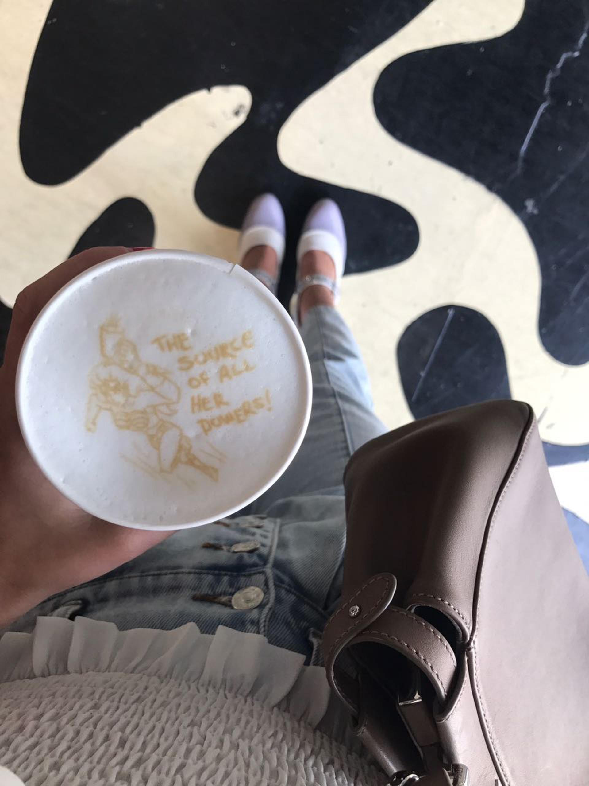 """Diseños pesonalizados para quienes compran el café. Inspirado en 'girl power' Angie eligió a una mujer superpoderosa con la frase""""El recurso de todos sus poderes""""."""